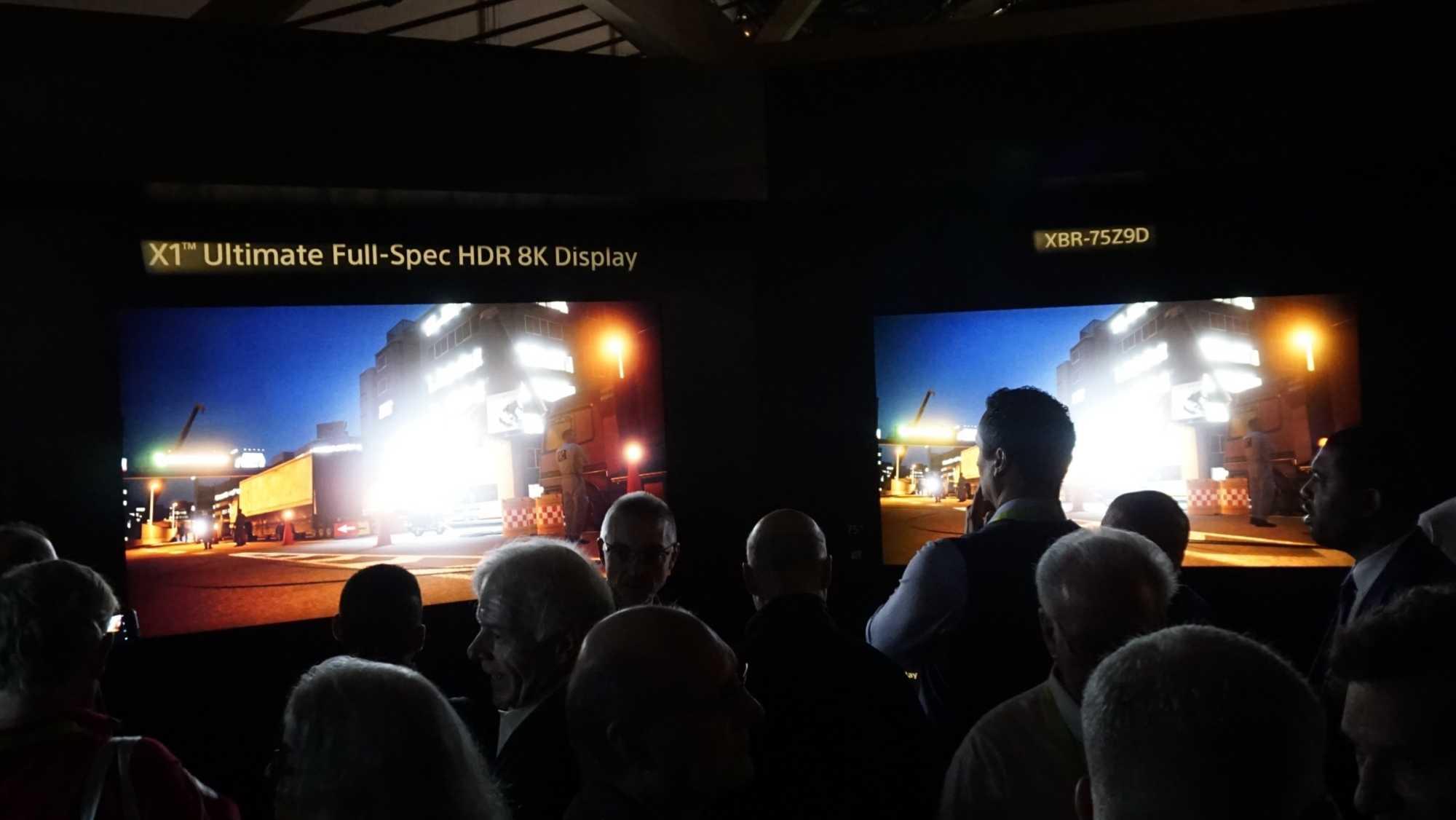 Links der 10.000 cd/m2 helle Schirm, hier im Vergleich mit Sonys bisherigem HDR-fähigen Top-LCD.