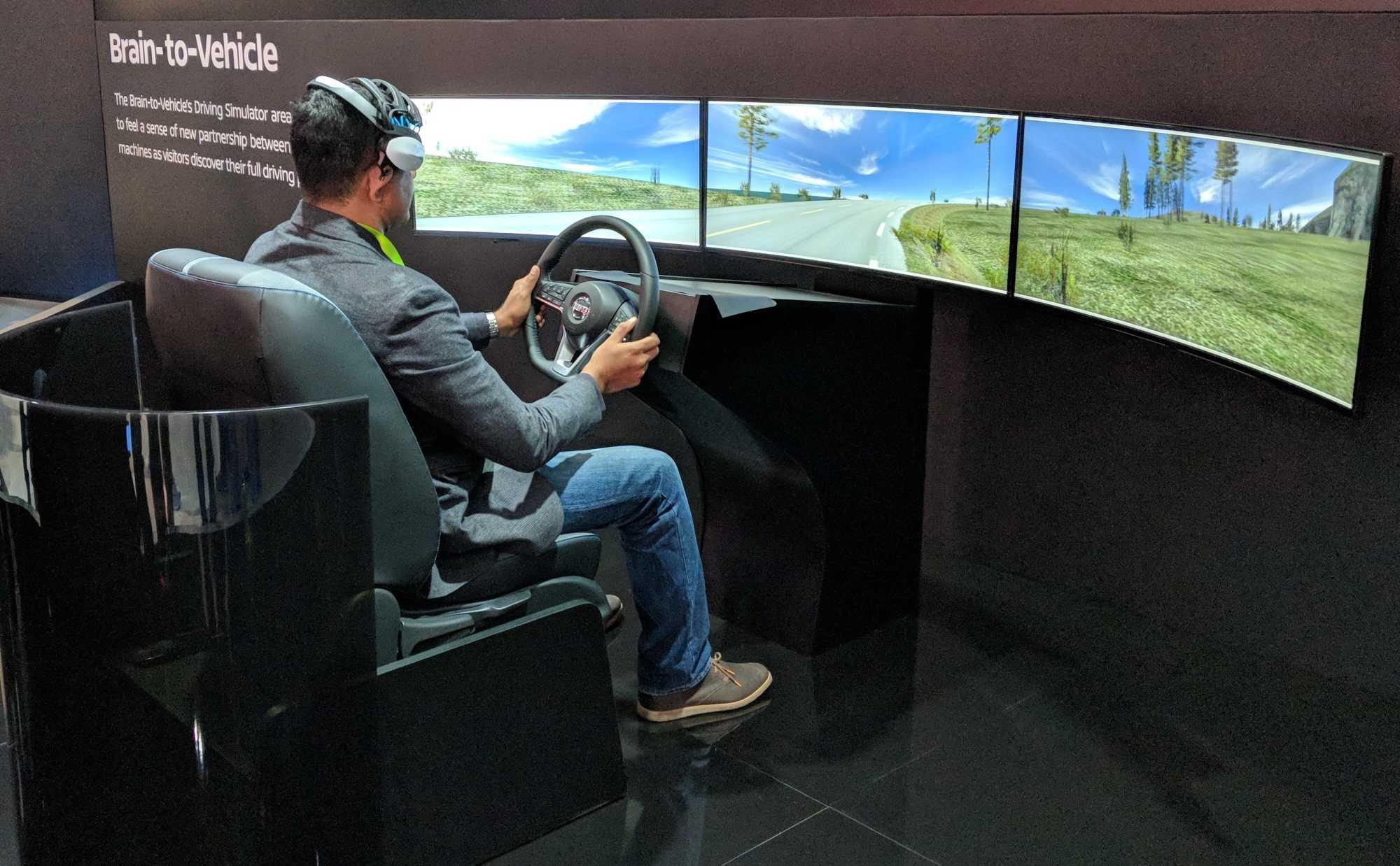 Auf dem Nissan-Stand führt Nissan vor, wie Brain to Vehicle den Fahrer unterstützen soll.