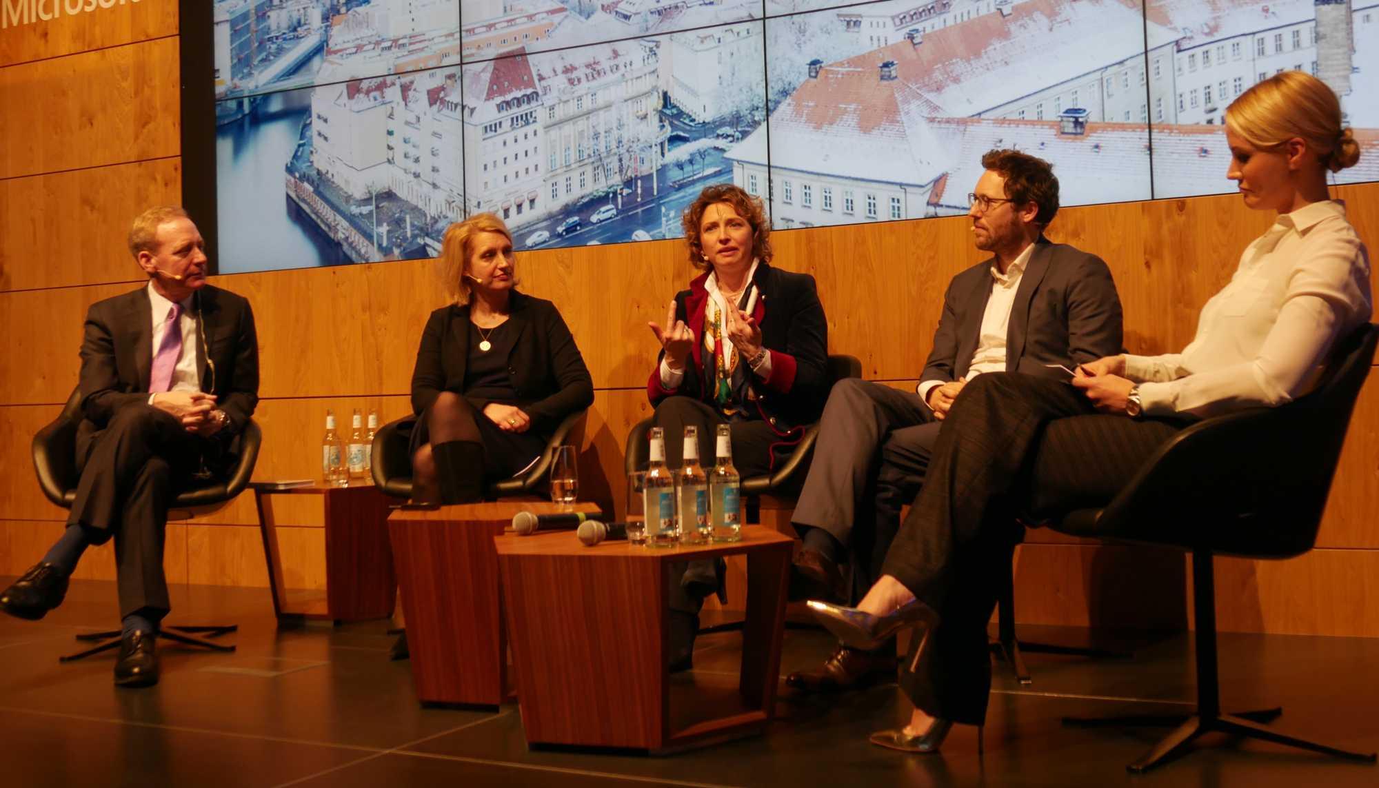 v.l.n.r: Brad Smith (Microsoft), Irdis Plöger (BDI), Nicola Beer (FDP), Jan Philipp Albrecht (MdEP, Die Grünen), Moderatorin Judith Rakers