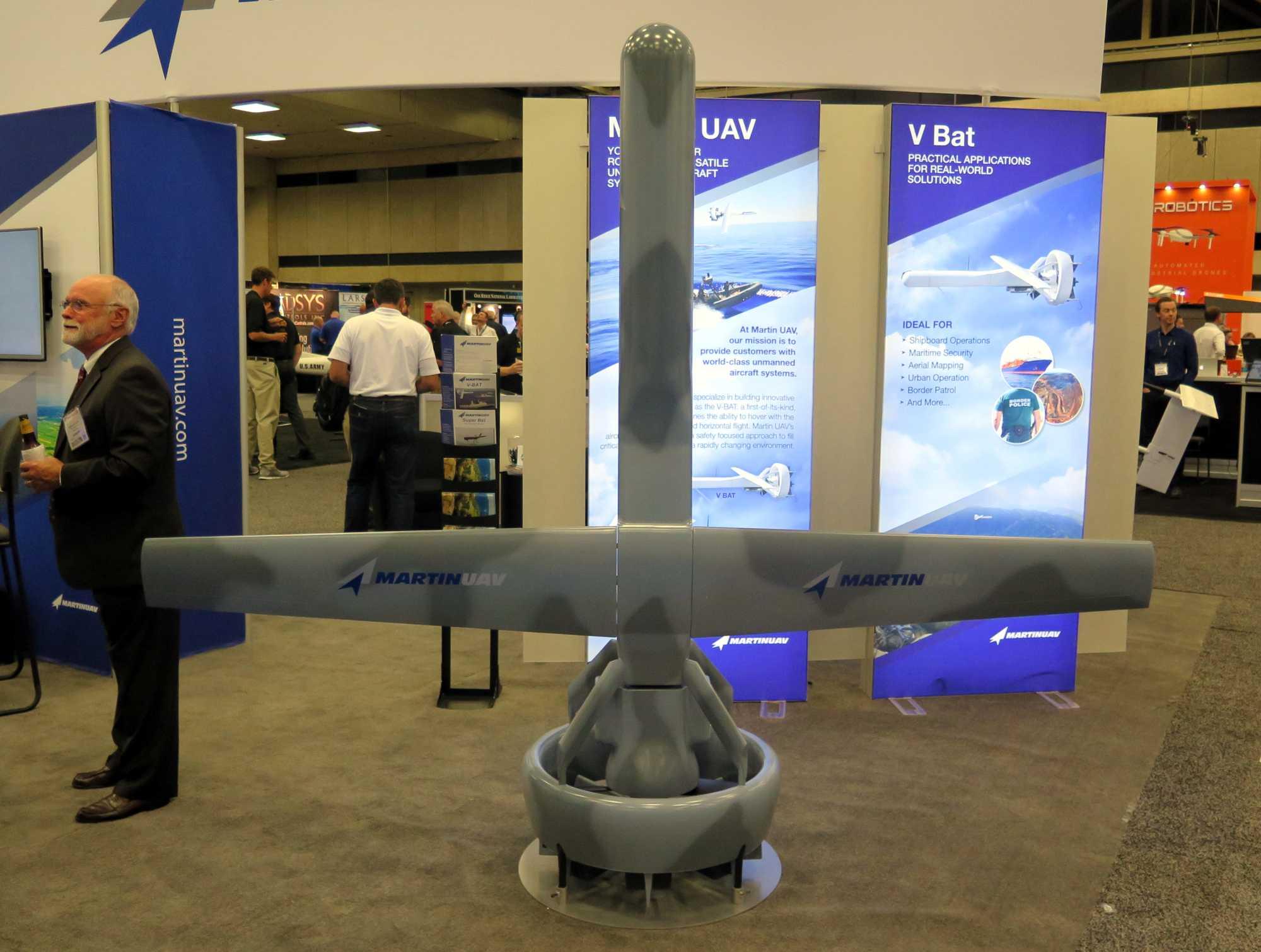Senkrecht stehende Drohne im Militärgrau