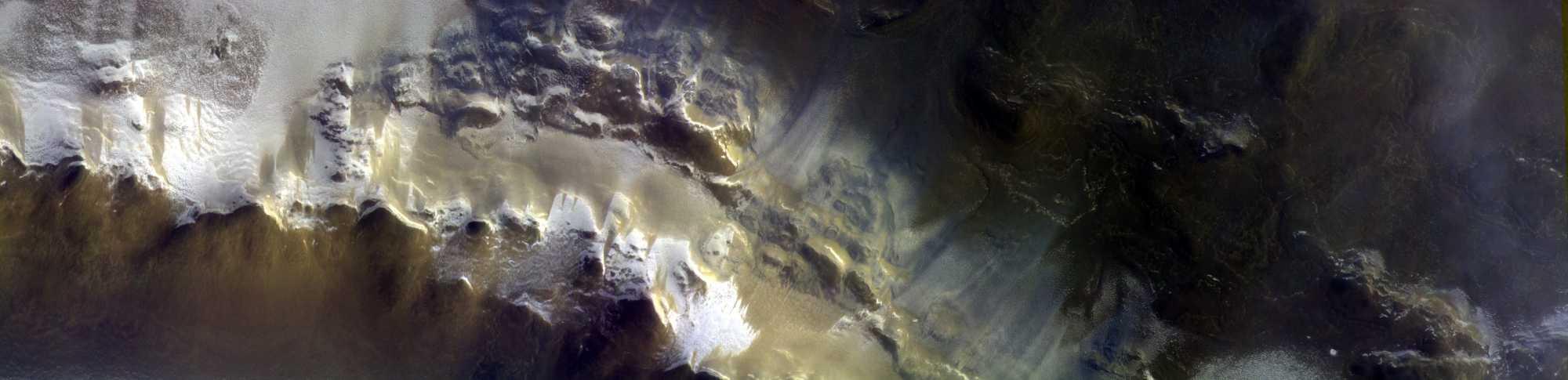 CaSSIS hat am 15. April 2018 diese Ansicht des Randes des Korolev-Kraters aufgenommen. Das Bild besteht aus drei Bildern in verschiedenen Farben, die fast gleichzeitig aufgenommen wurden. Sie wurden dann zusammengesetzt. Es zeigt einen Ausschnitt von etwa 10 km [x] 40 km.