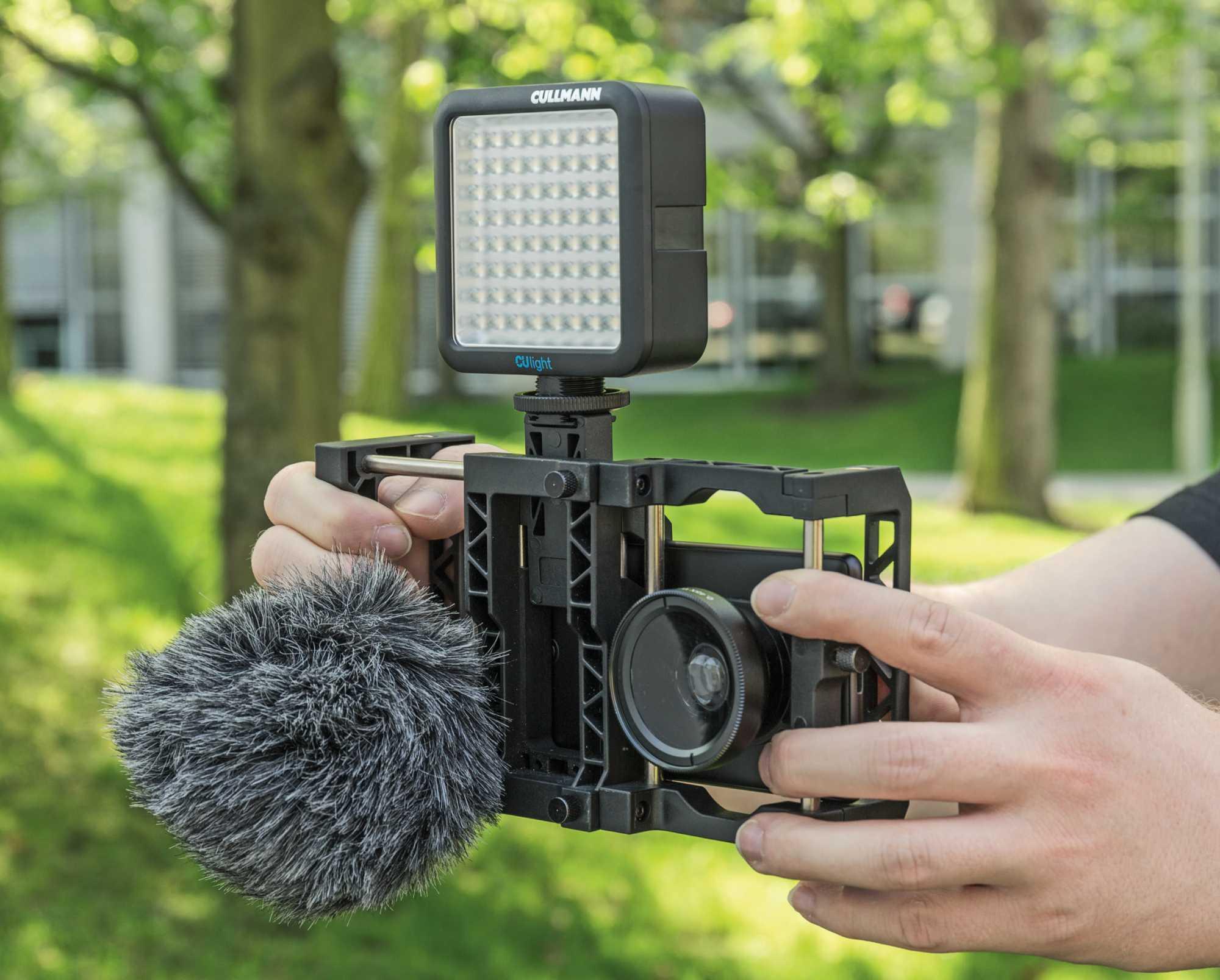 Mit dem Smartphone dreht es sich vor allem flexibel: Einfach aus der Hand, stabilisiert mit einem Gimbal oder wie hier aufgemotzt mit Rig für Mikrofon, Leuchte und Zusatzobjektiv.