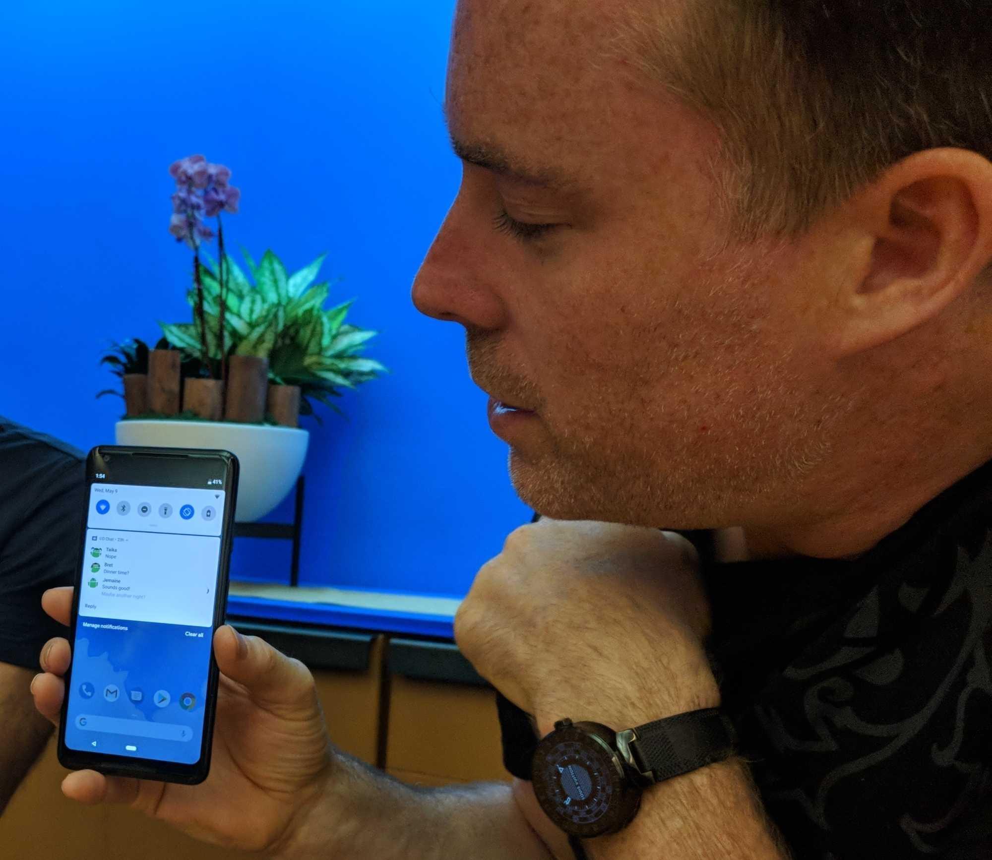 Auf Chat-Nachrichten lässt sich künftig auch in der Benachrichtigungsleiste mit von Android vorgeschlagenen Texten antworten.