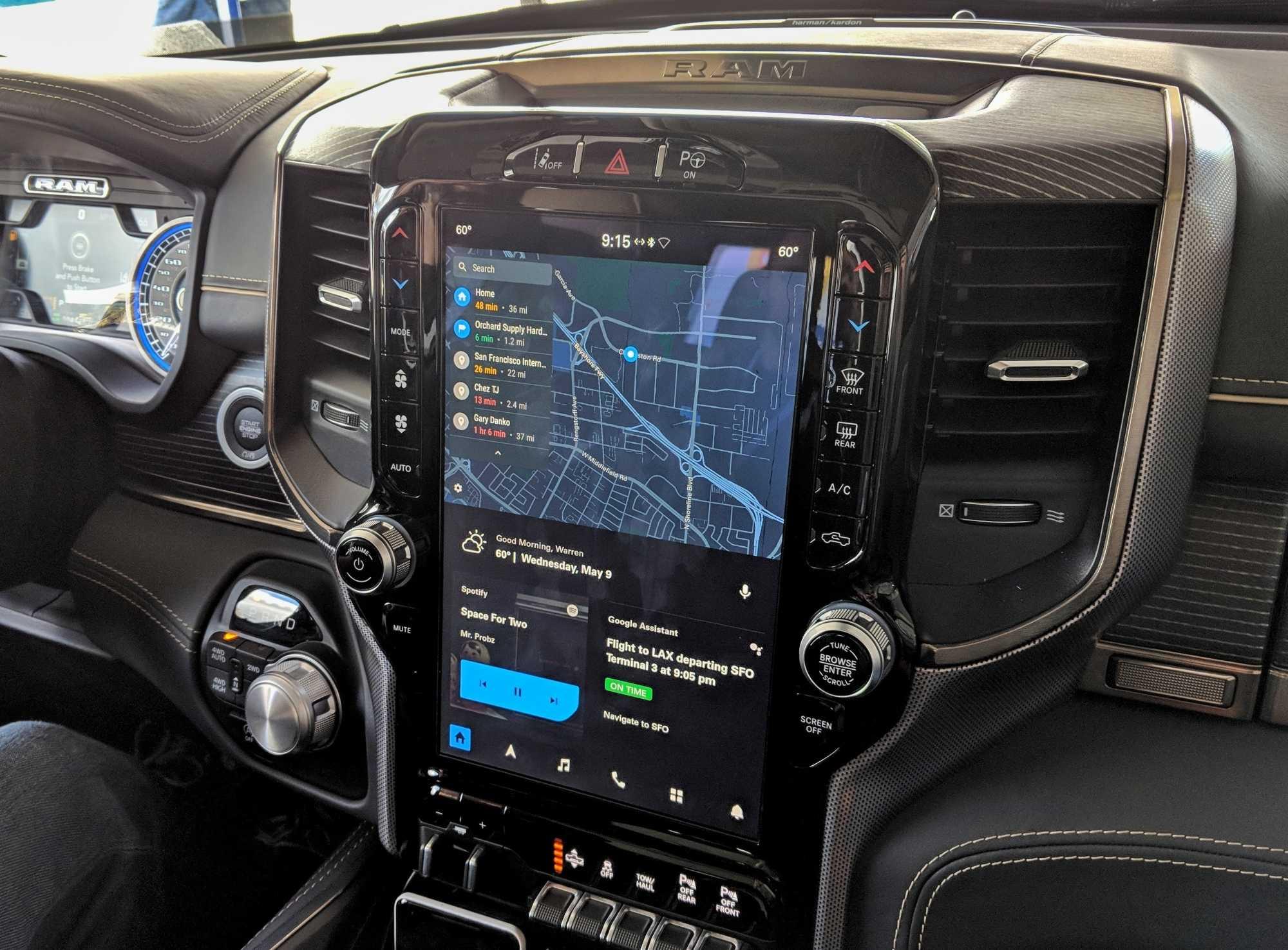 Android Auto Embedded blendet relevante Informationen ins Fahrzeugdisplay und läuft auf der Hardware des Autos.