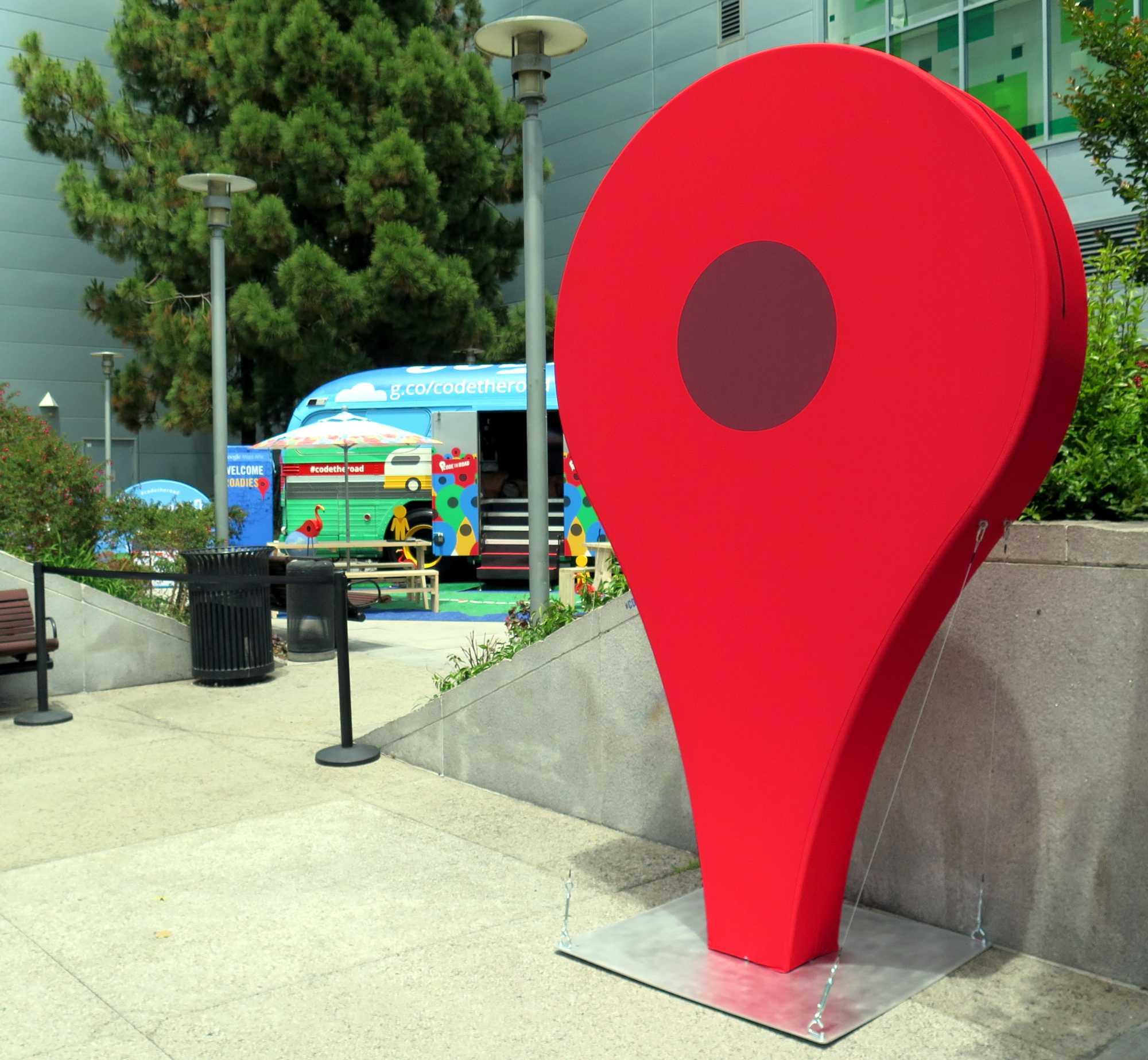 Überlebensgroßes Modell des roten Zielpunkts aus Google Maps