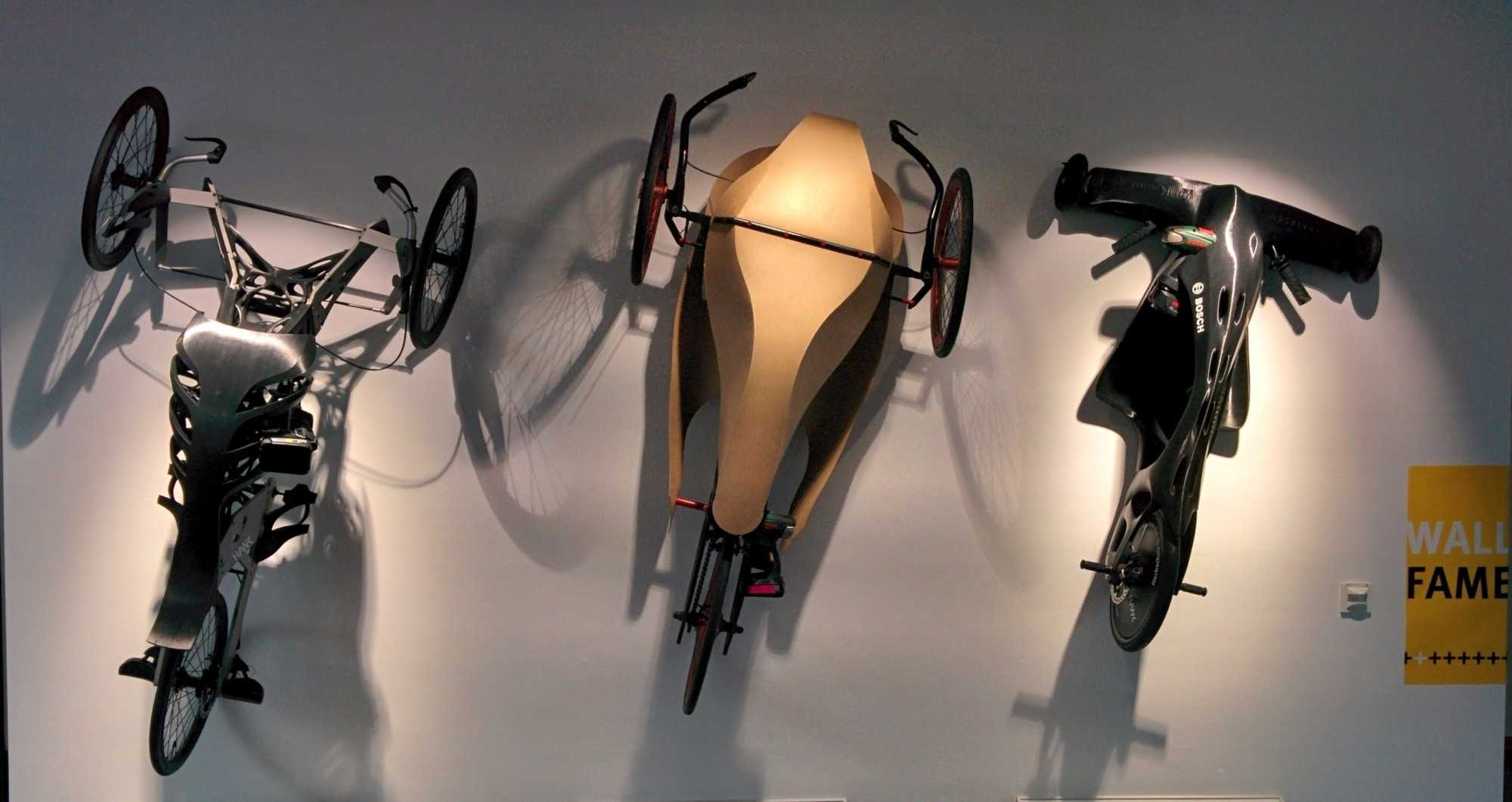 """Die """"Wall of Fame"""" mit Akkuschrauber-Rennern aus Hildesheim aus den vergangenen Jahren. Von links: mit Rückgrat aus dem 3D-Drucker (2016), mit Rumpf aus dem Holzwerkstoff Kraftplex (2013), mit komplettem Chassis aus dem 3D-Drucker (2011)."""