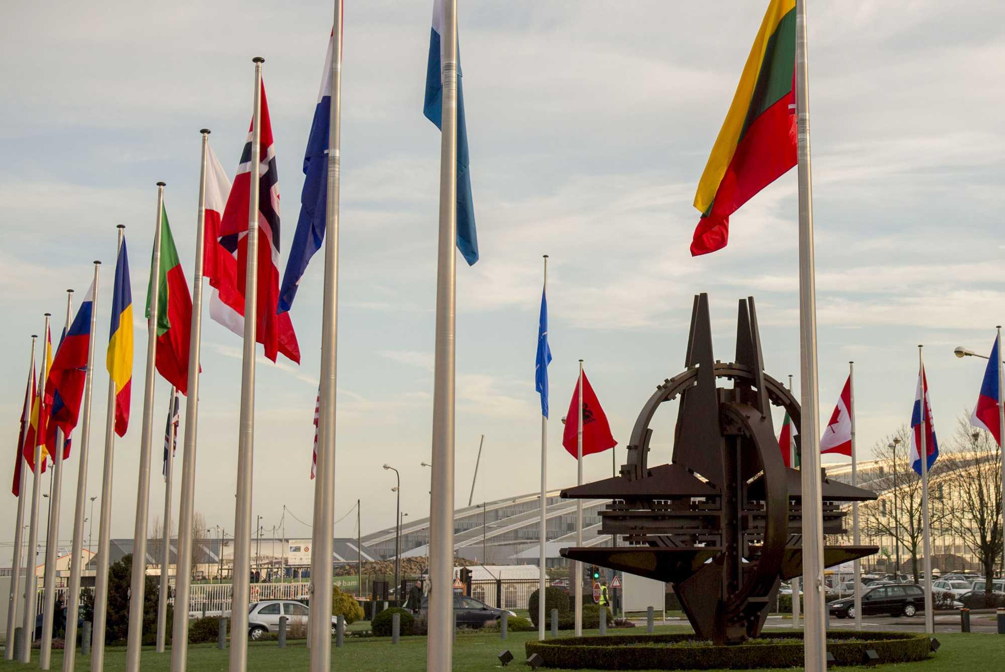 Flaggen vor dem NATO-Hauptquartier