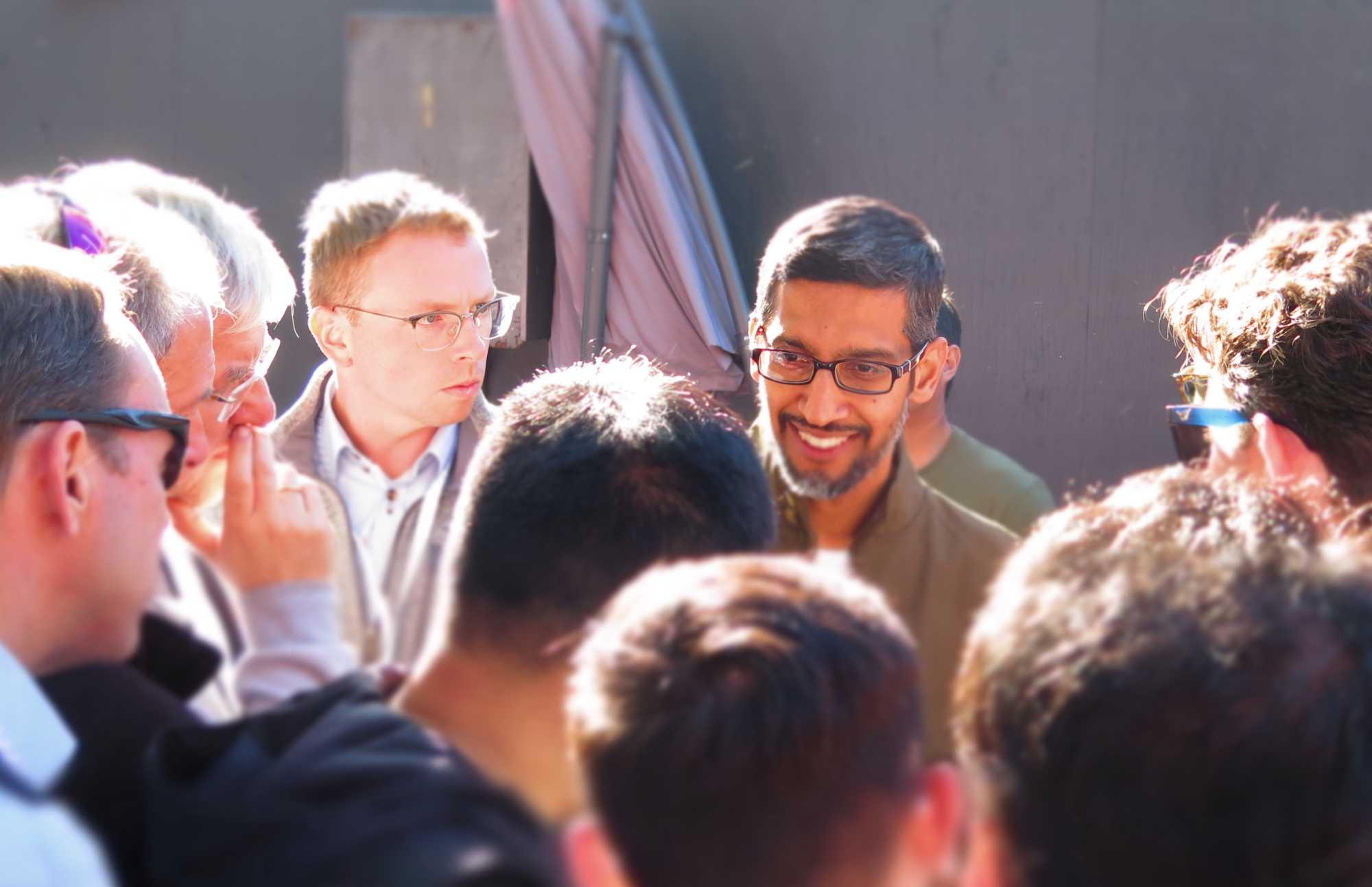 Sundar Pichai im Gespräch mit Journalisten