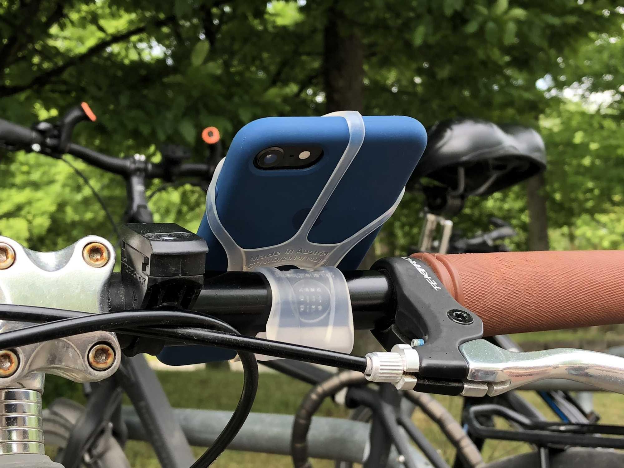 Finn mit iPhone am Fahrrad