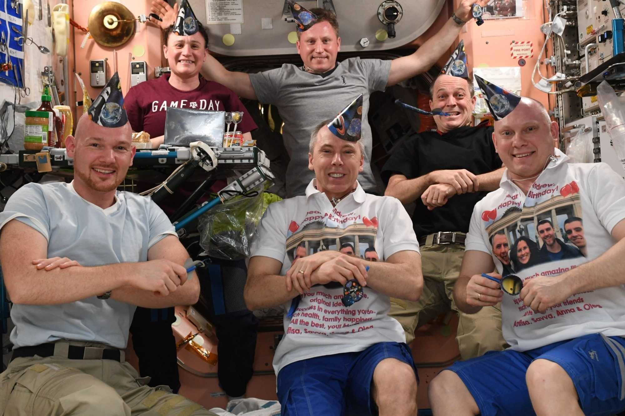 Die aktuelle Crew bei der Feier des Geburtstags von Kommandand Andrew Feustel (Mitte unten)