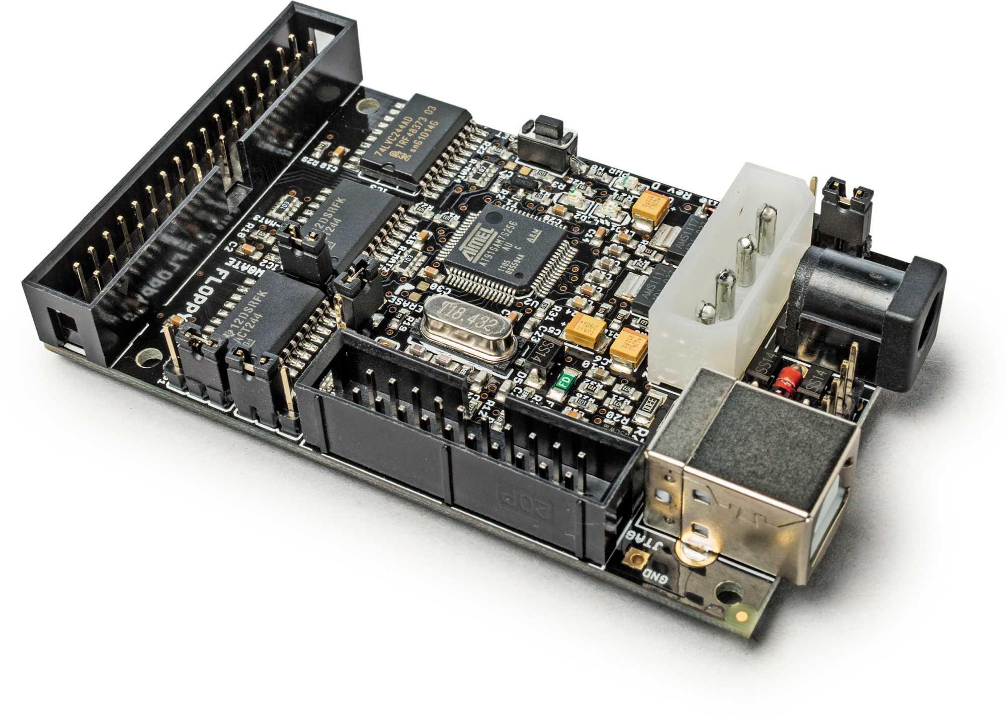 Kryoflux dient als Vermittler zwischen Diskettenlaufwerk und USB-Buchse. Es leitet alle Informationen des Laufwerks weiter, nicht nur die Datenbits.
