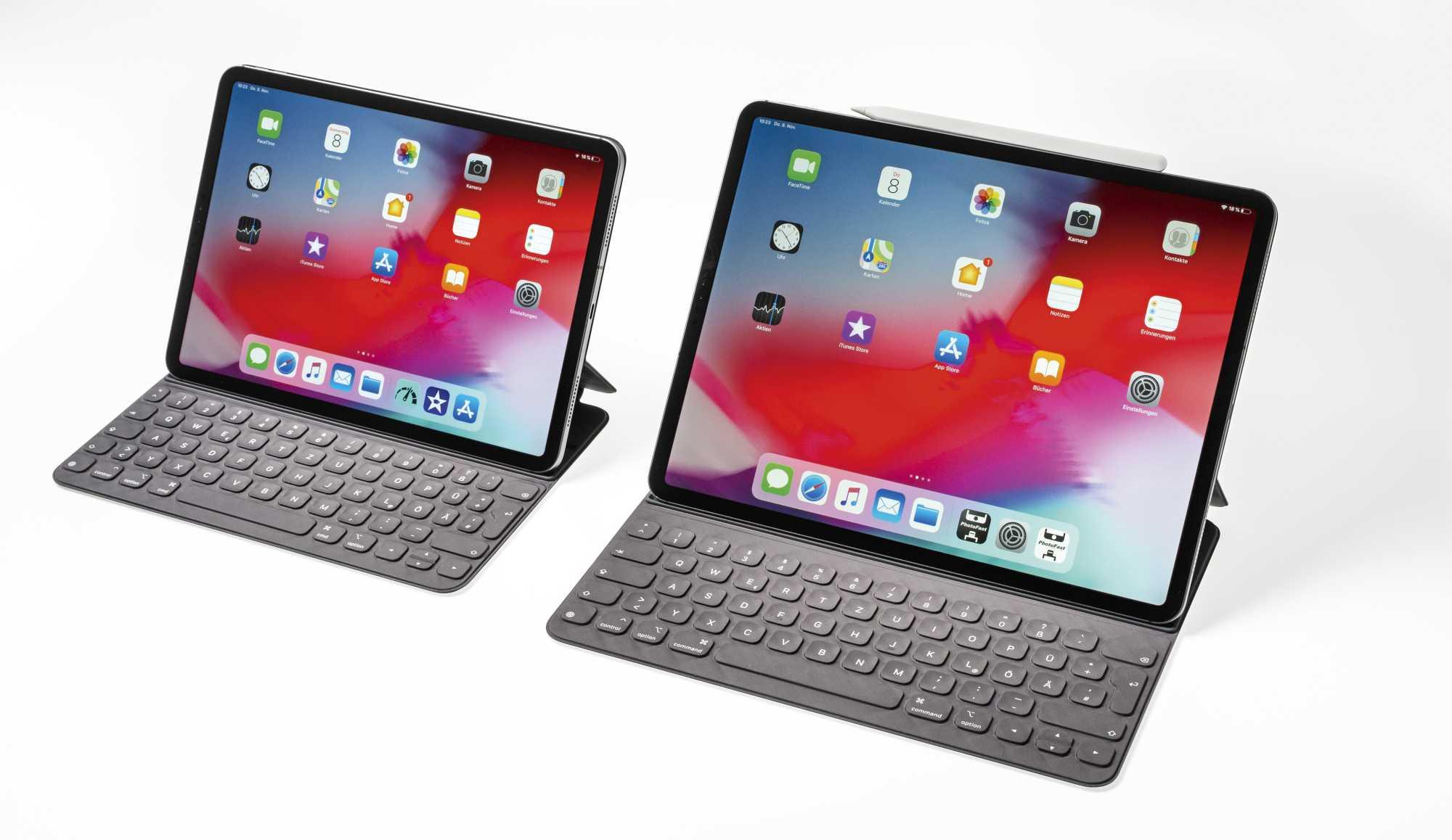 iPad und Smart Keyboard haften per Magneten aneinander. Ebenso der Pencil (oben), der dort per Induktion geladen wird.