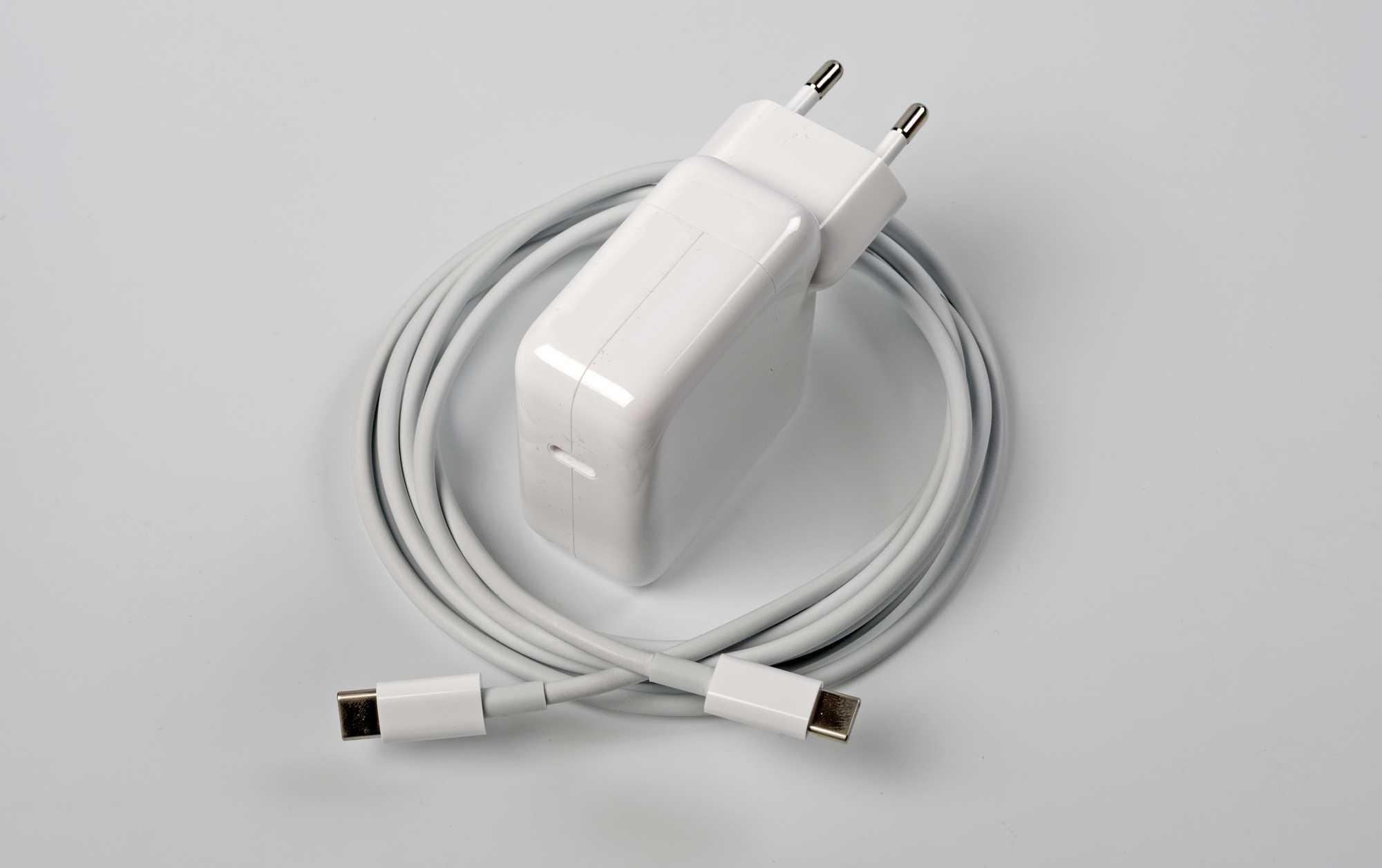 Zum Lieferumfang zählen ein kompaktes USB-C-Netzteil mit 30 Watt leistung und ein 2 Meter langes Kabel.