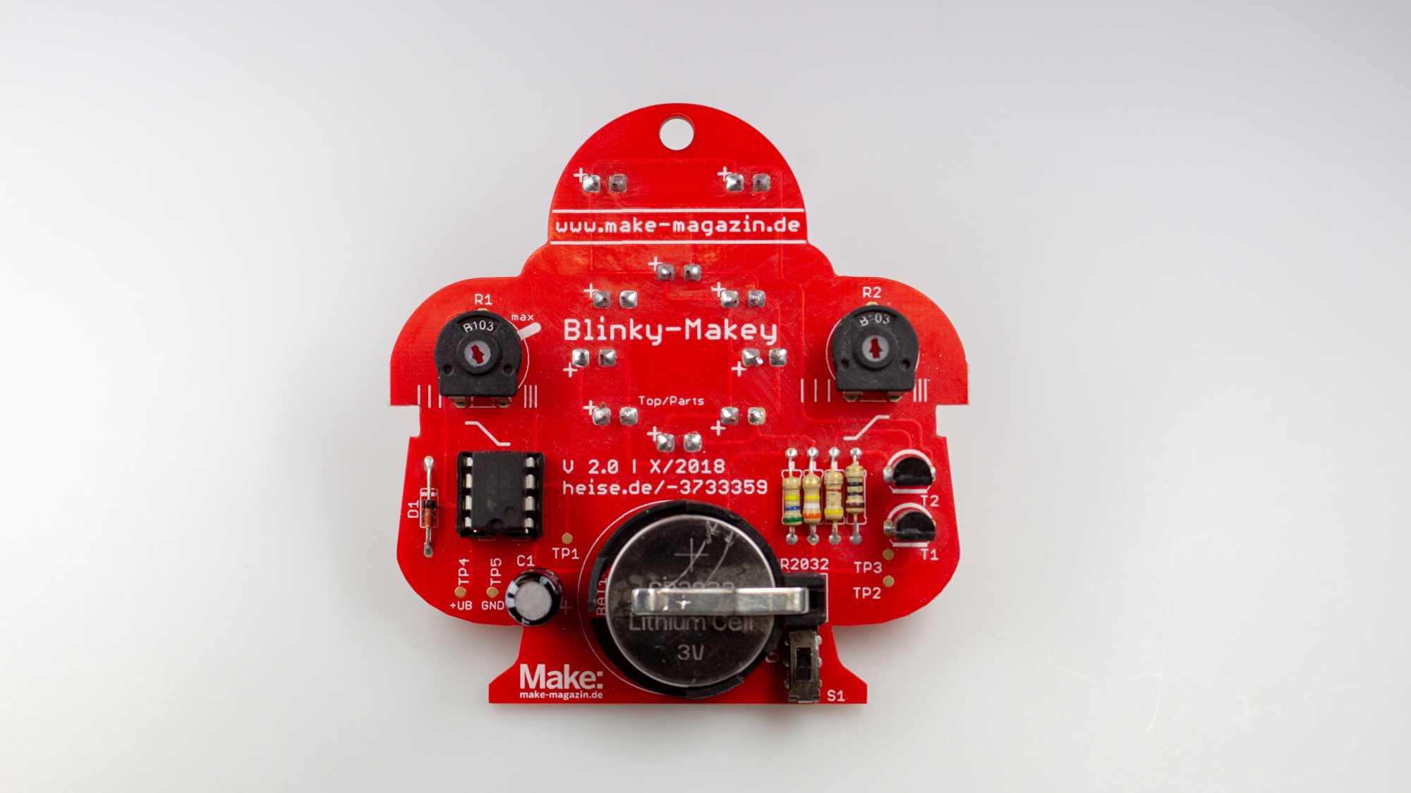 Rückseite des Makey in der Version 2.0: rote Platine in Form eines Roboters