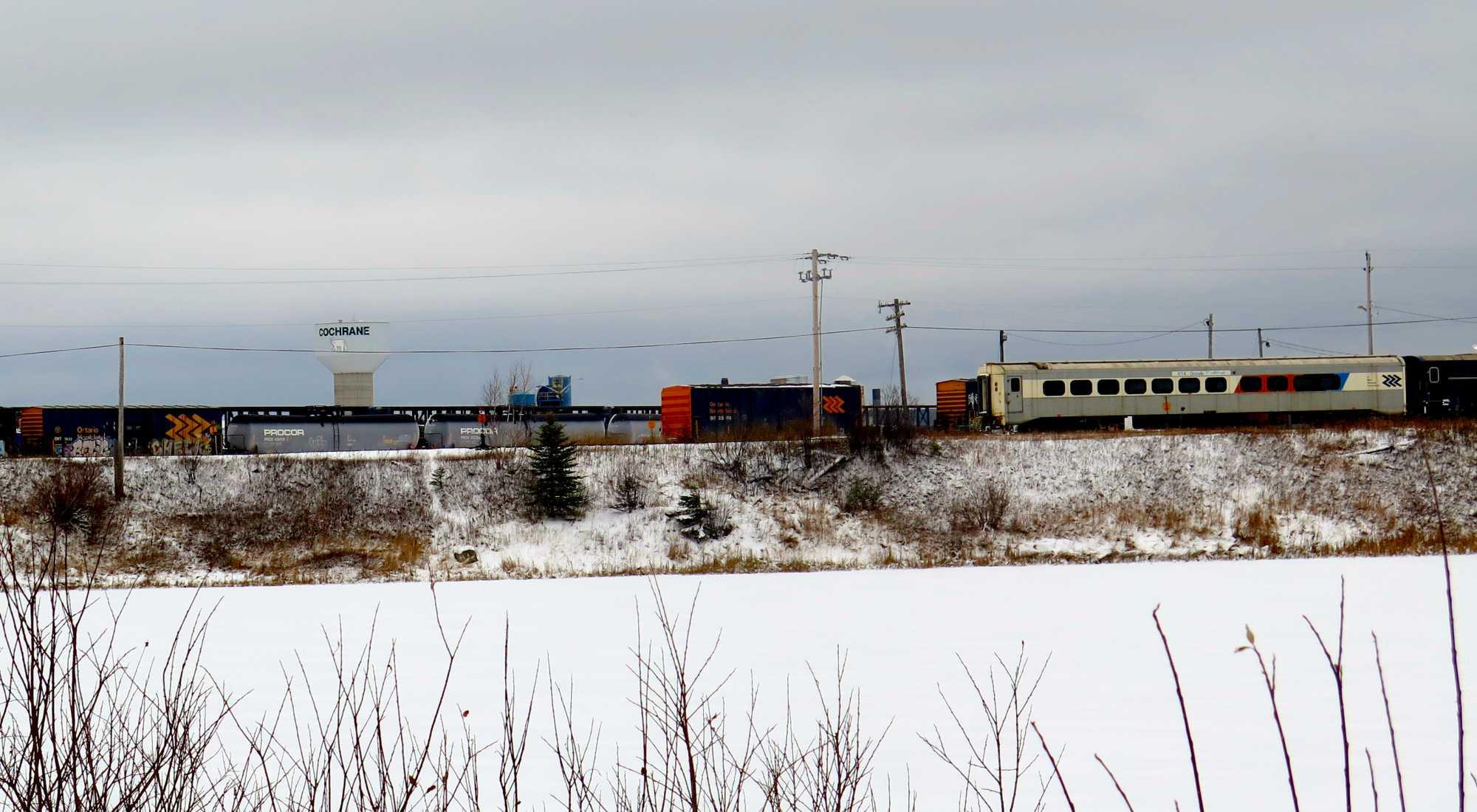 Eisenbahn im Schnee, dahinter Wasserturm