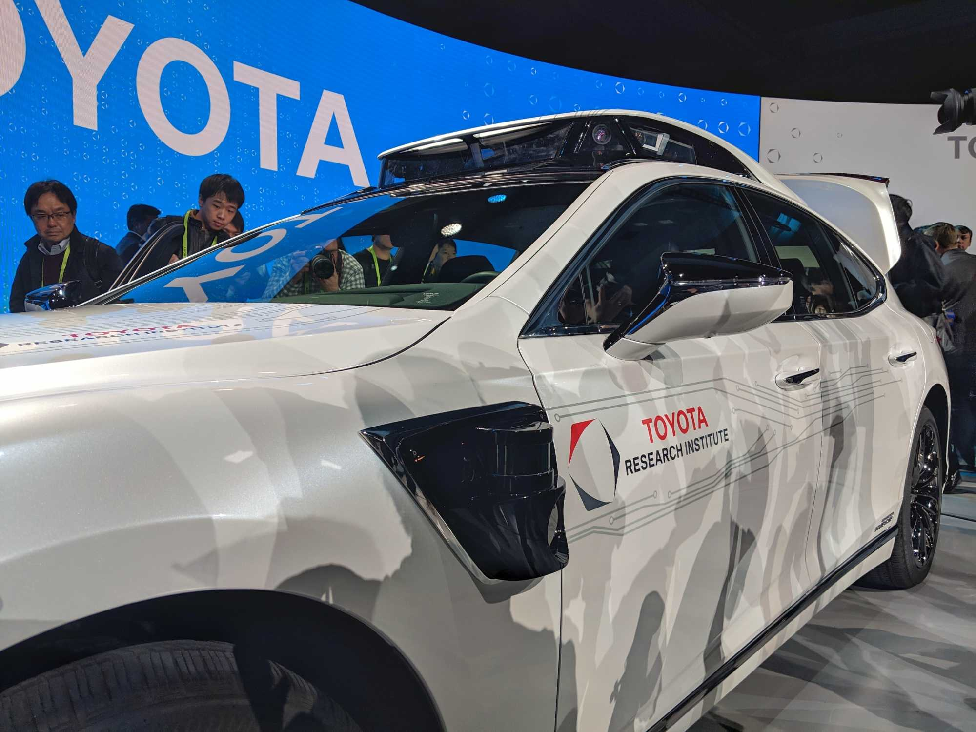 Das autonome Versuchsfahrzeug erkennt mit seinen Sensoren auch im manuellen Modus Gefahren und greift schneller ein als der menschliche Fahrer.