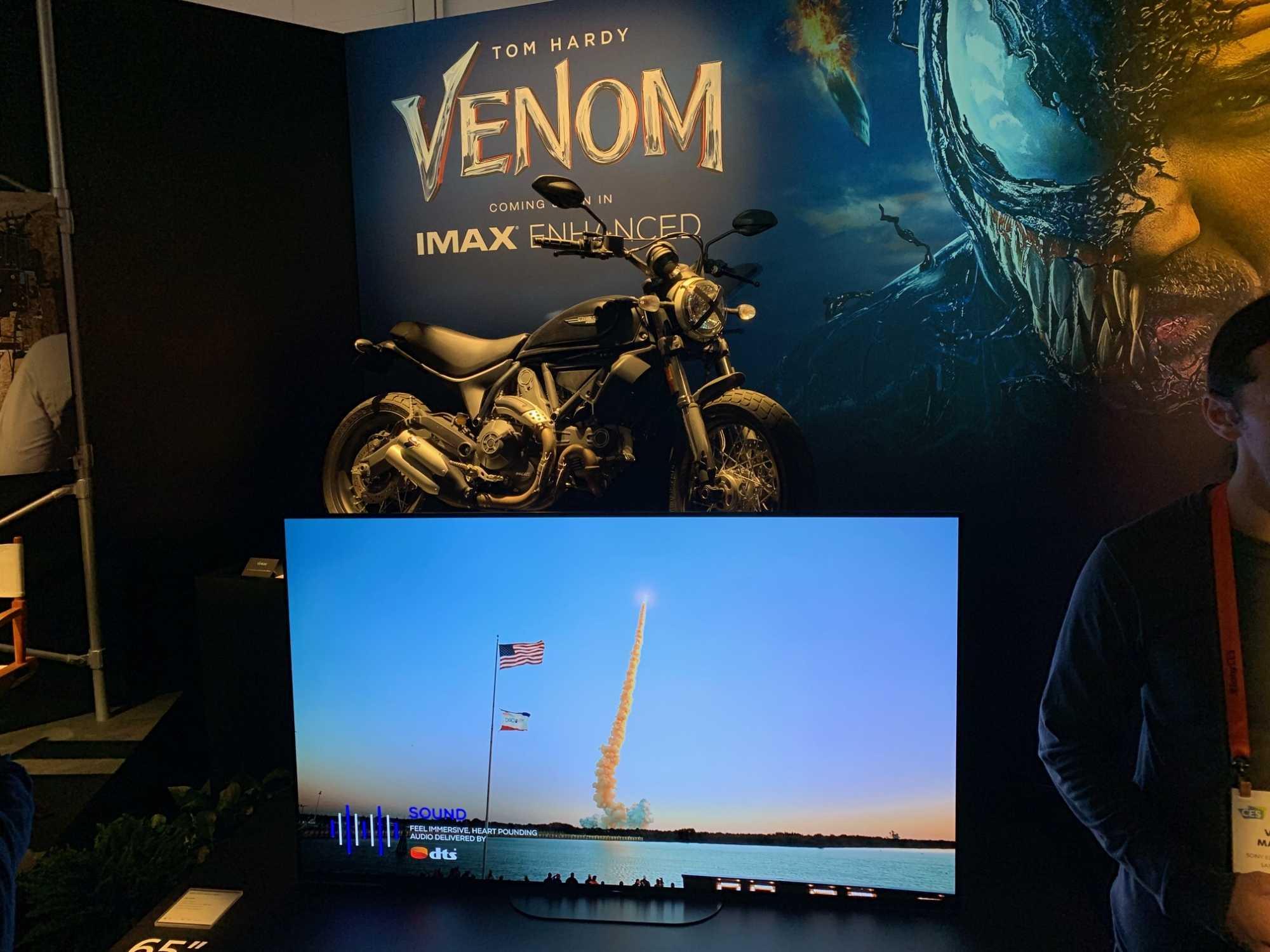 """Sony bewirbt an seinem CES-Stand die IMAX-Enhanced-Version von """"Venom"""", die nur als Videostream verfügbar sein wird."""