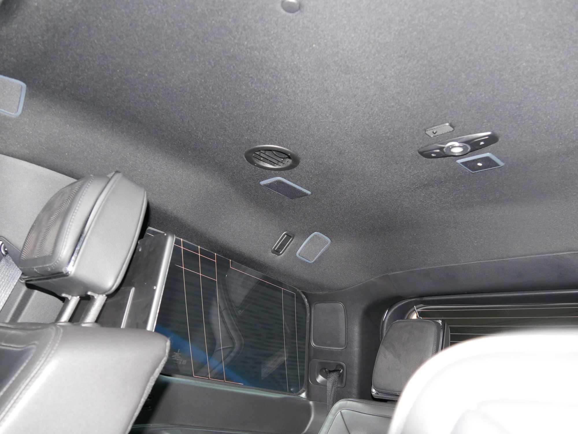 Gut zu sehen sind die kleinen Lautsprecher, die seitlich und oben im Dachhimmel eingearbeitet sind.