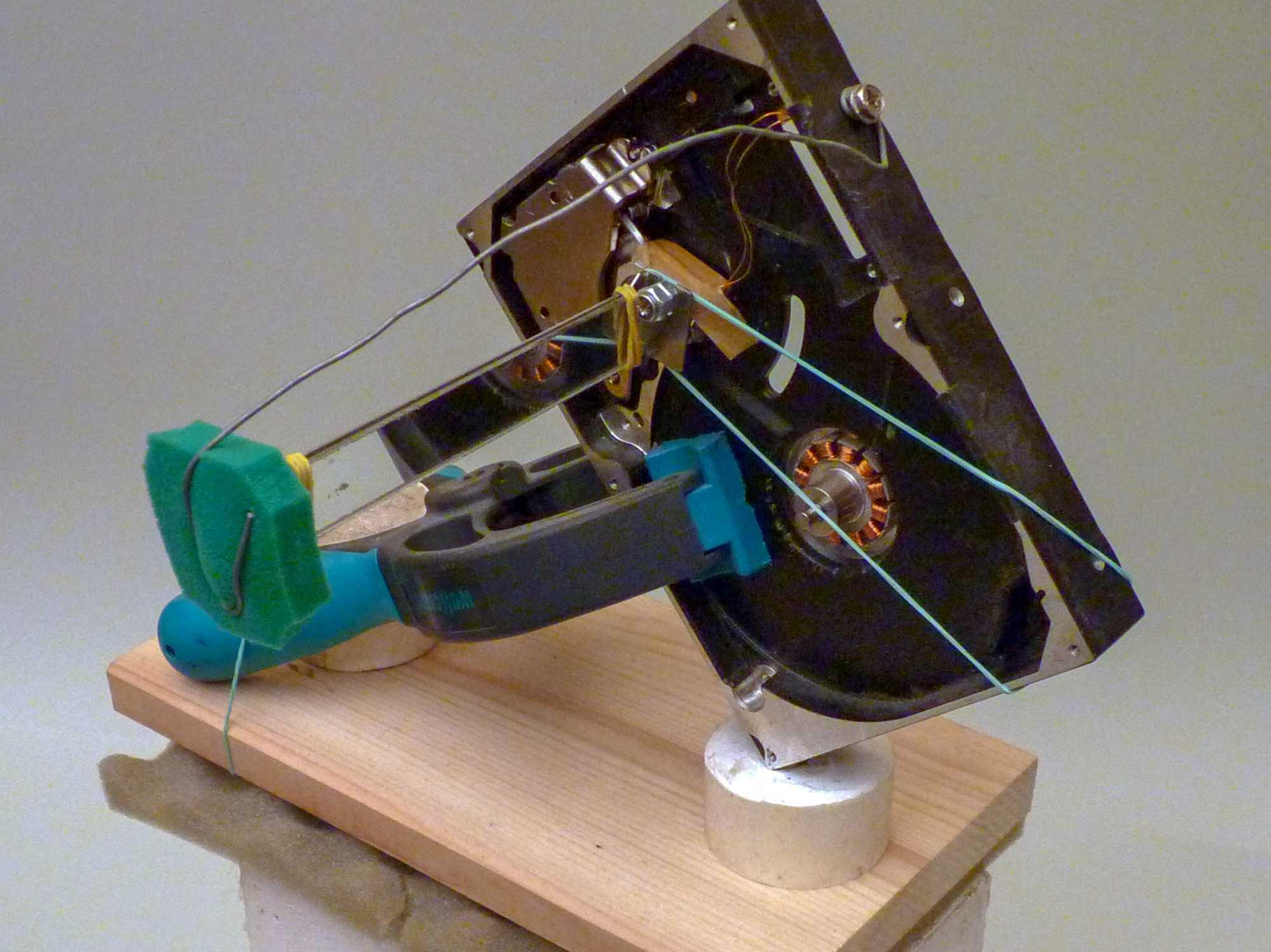 Vertikalablenkung von einem Laser-TV-Projektor, auf einem Kalksandstein montiert.
