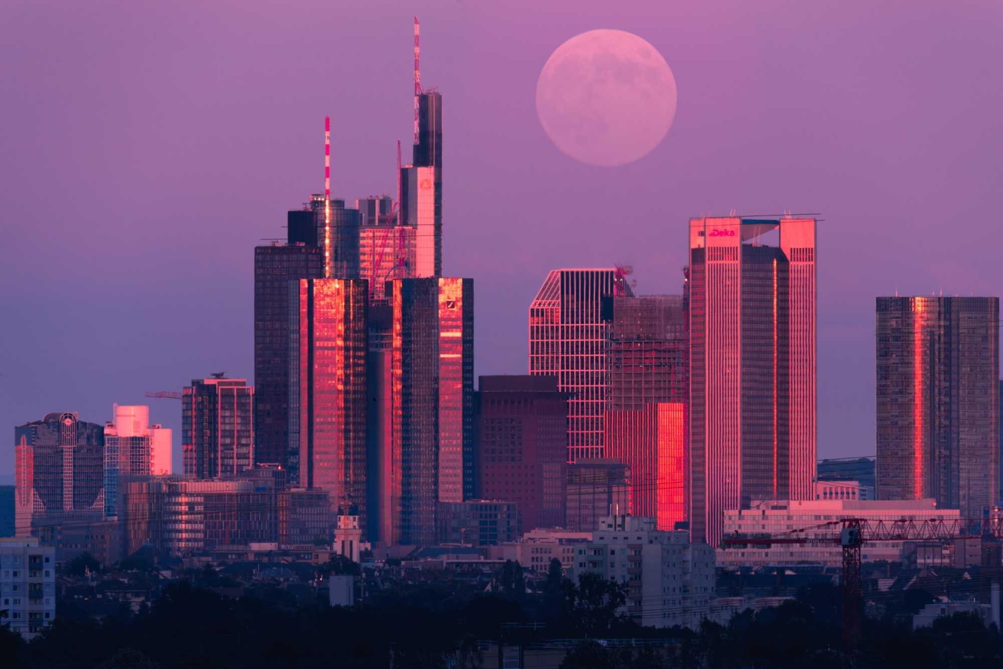 Der Mondaufgang hinter der Frankfurter Skyline. 150-600mm 600mm f/8 ISO400 1/5s