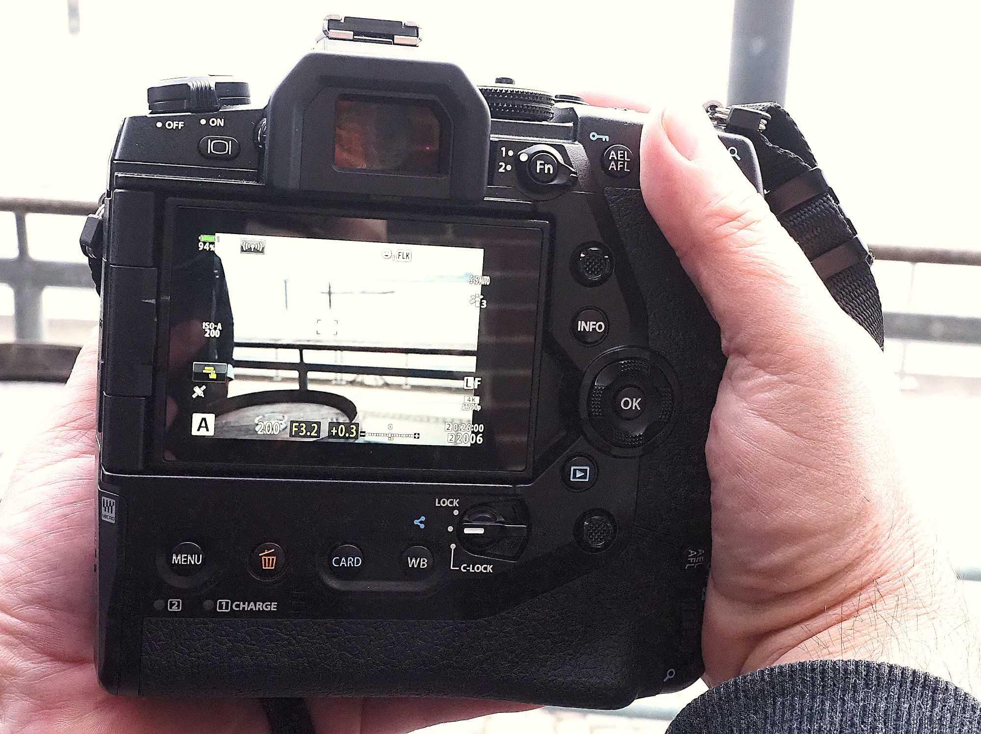 Die Kamera benötigt schon beide Hände, um sie zu halten. Allgemein liegt sie gut in der Hand, egal ob mit großen oder kleinen Händen.