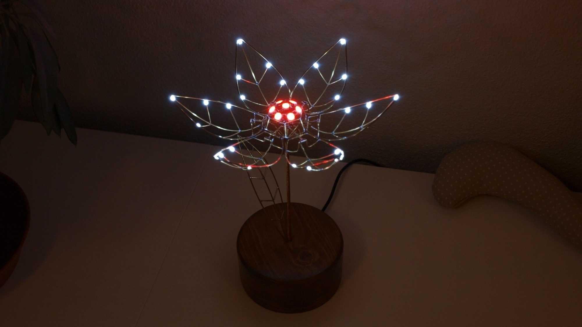 Blume aus Draht mit leuchtenden LEDs.