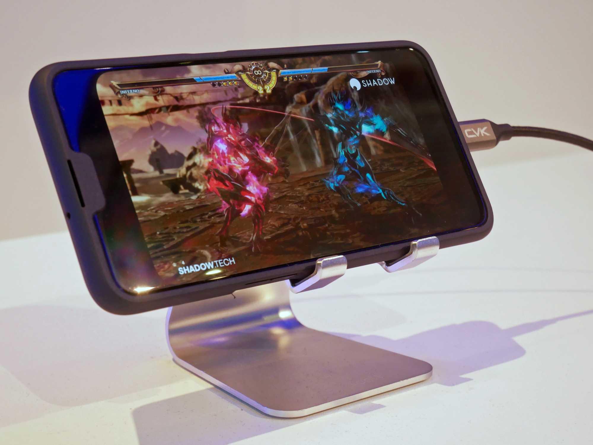 Am Stand von Qualcomm diente der mit einem Hardcase getarnte Prototyp des Oppo 5G-Smartphones für eine Spiele-Demo.