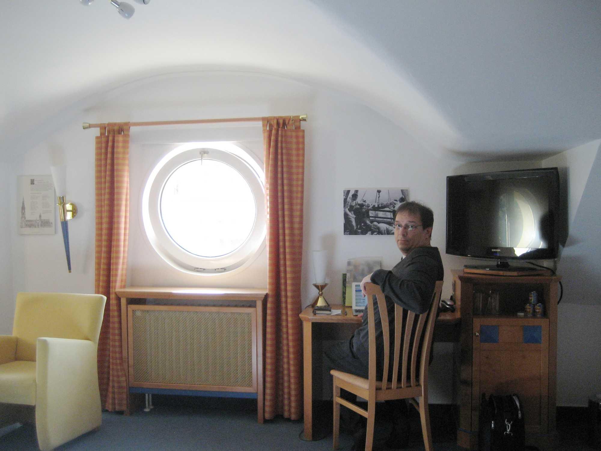 Selbstportrait im Hotel: Während Lesereisen schreibt Andreas Eschbach an seinem jeweiligen Roman weiter.