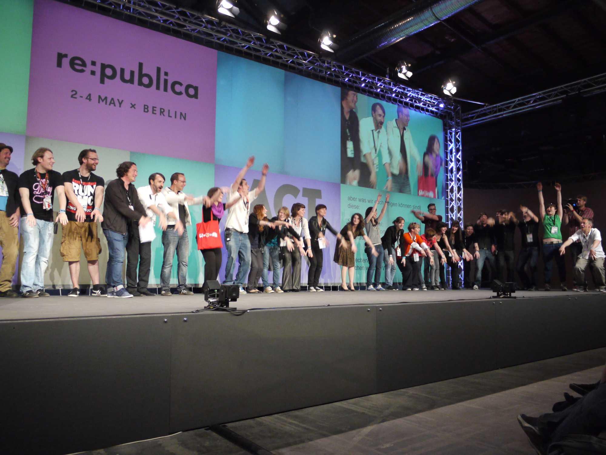Dreht die Welt sich um das Netz, das Netz um die Welt? Oder gar die Netzwelt doch nur um sich selbst? Zum Abschluss feierten Veranstalter und Vortragende eine erfolgreiche Veranstaltung.