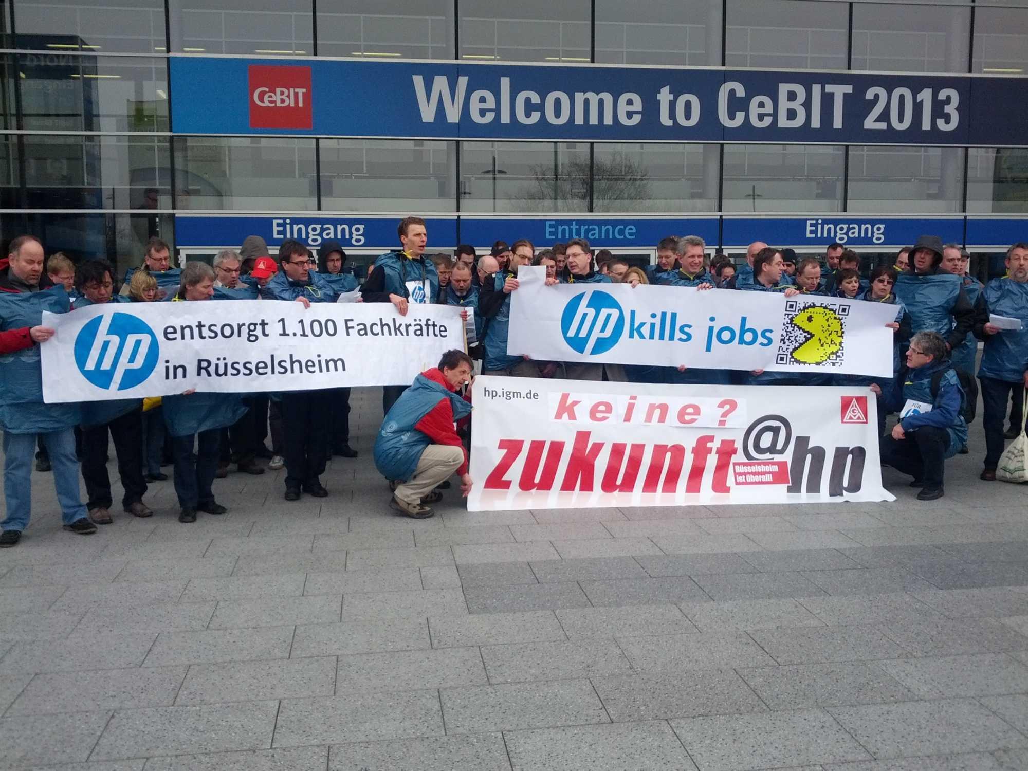 HP-Mitarbeiter demonstrieren vor dem Haupteingang zur CeBIT