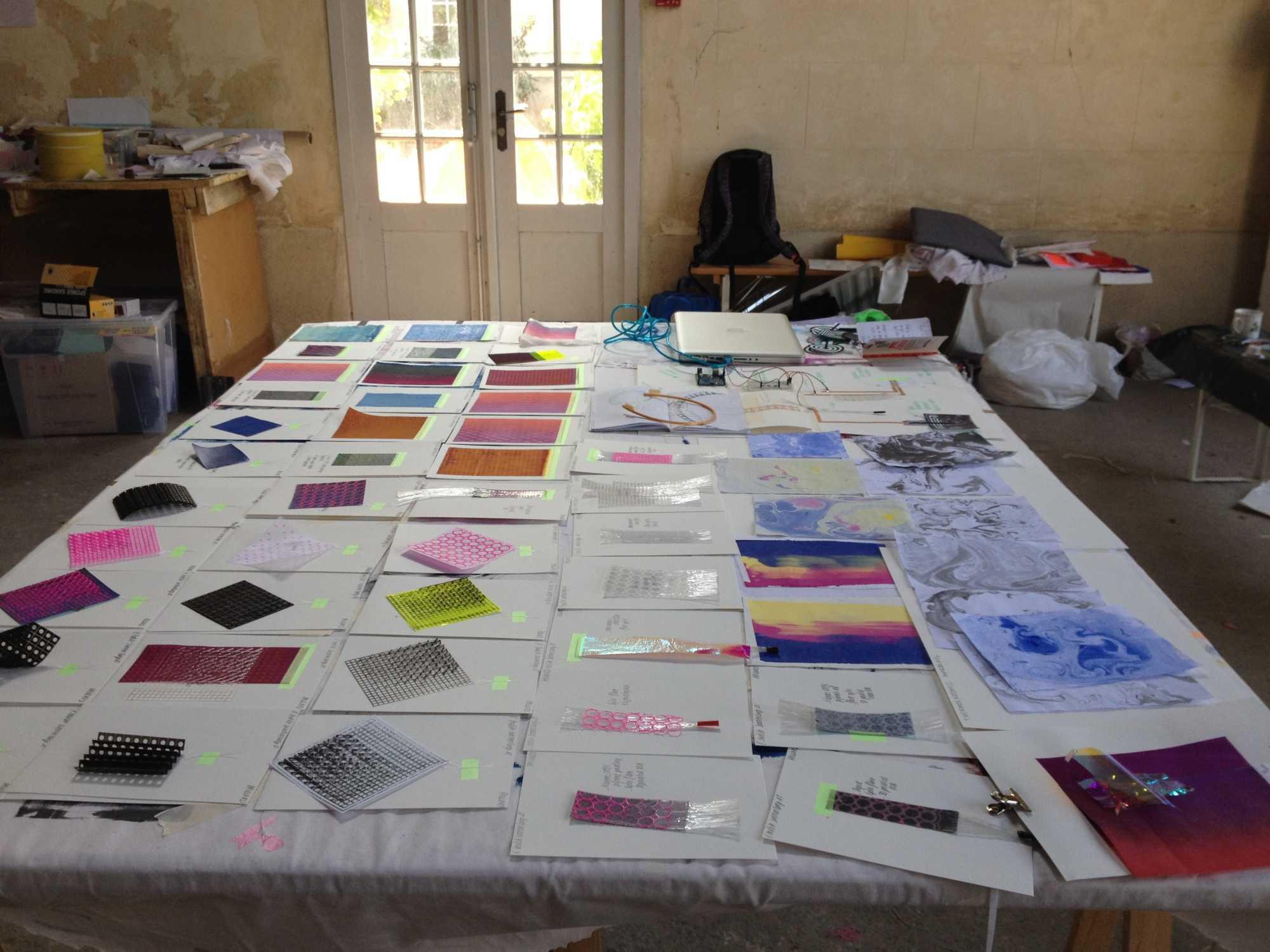 Ein Tisch mit vielen Materialien ausgebreitet