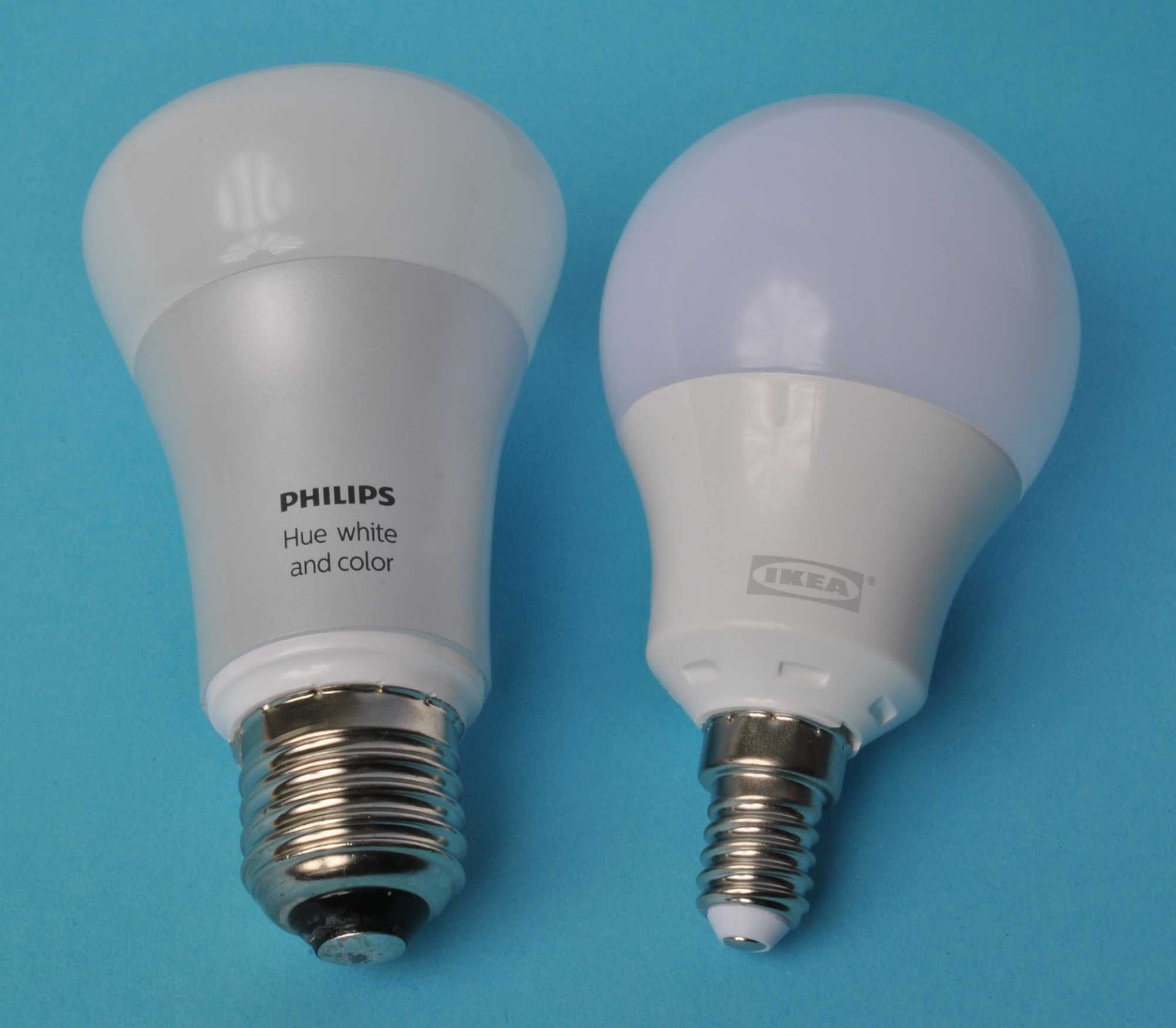 Links eine Philips Hue white and color, rechts eine Ikea Tradfri Lampe