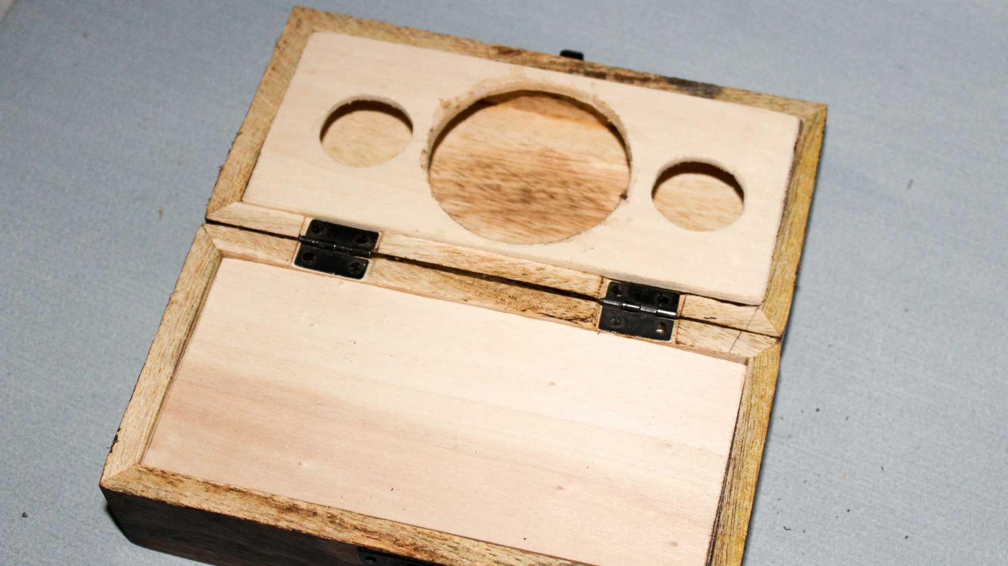Holzplatten im Inneren des Audio-Adventskalenders