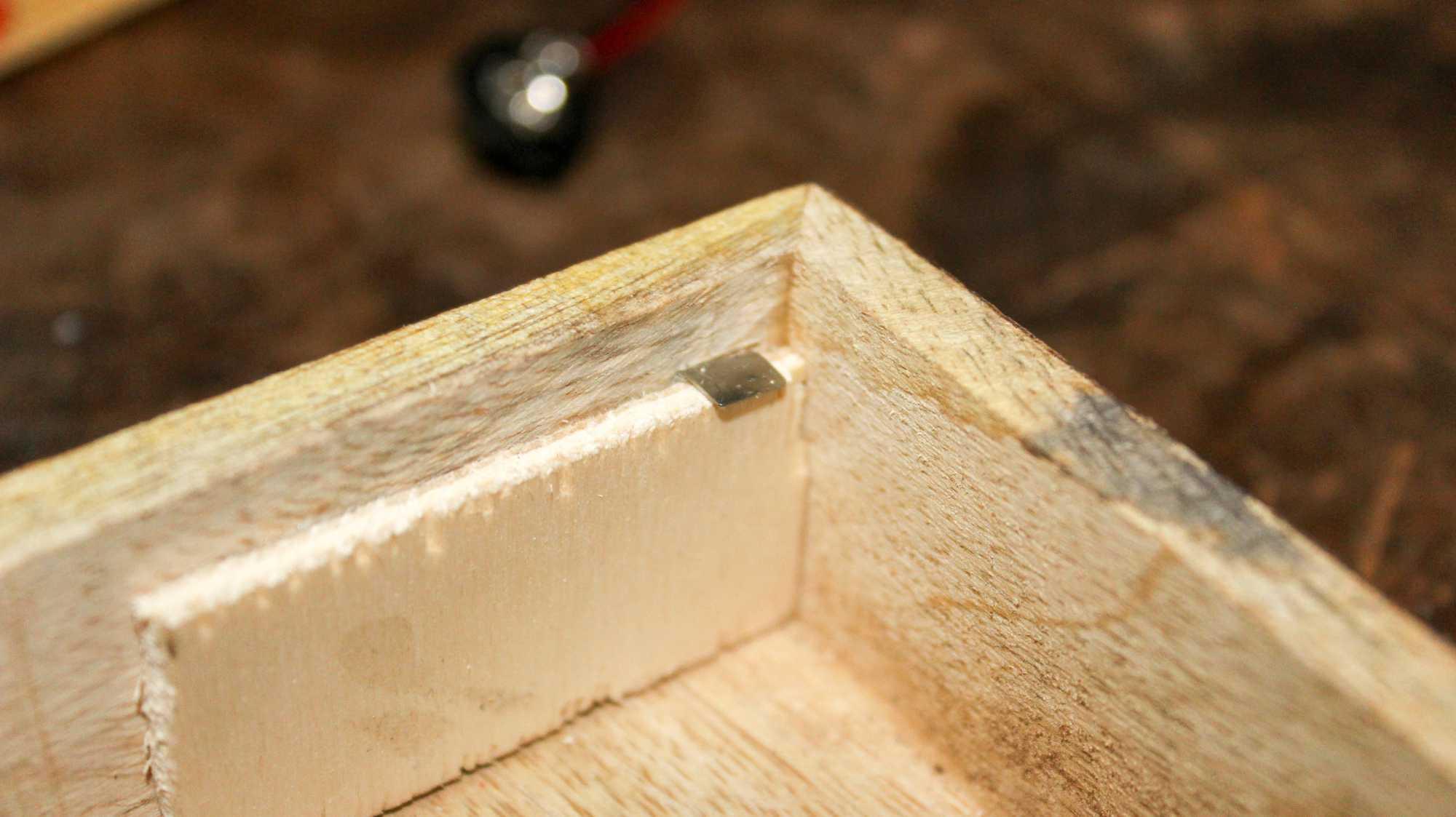 Holzleiste mit Magnet des Audio-Adventskalenders