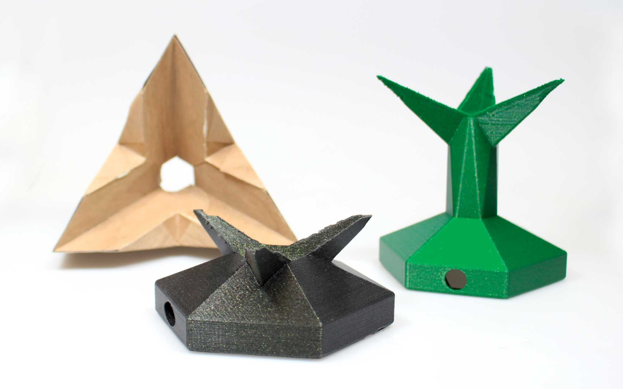 Drei Sockelvarianten für den Unendlichkeitswürfel aus dem 3D-Drucker.