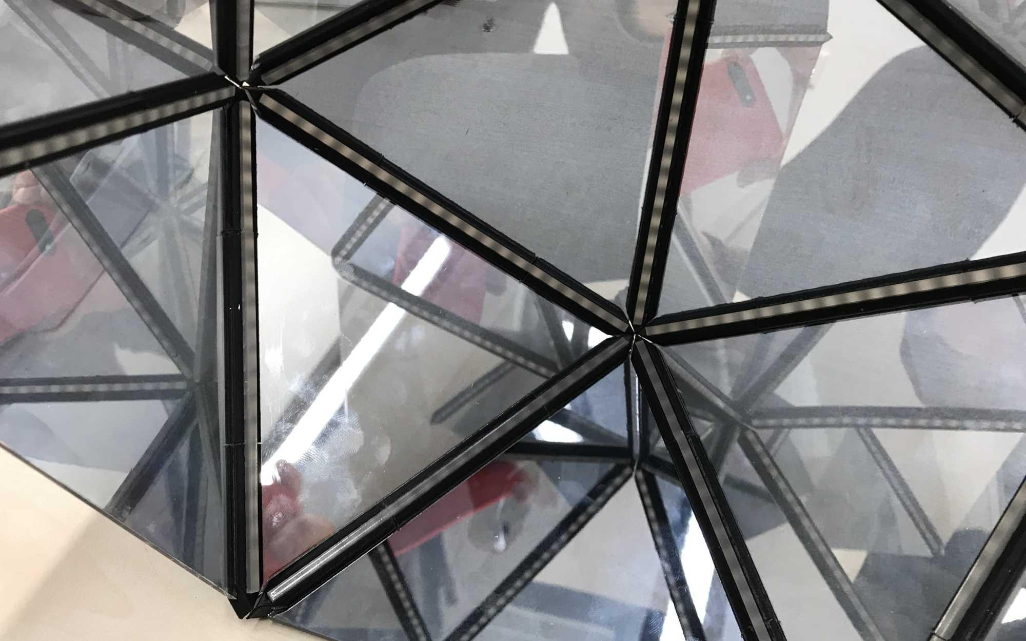 Blick in eine Konstruktion unendlicher Spiegel.