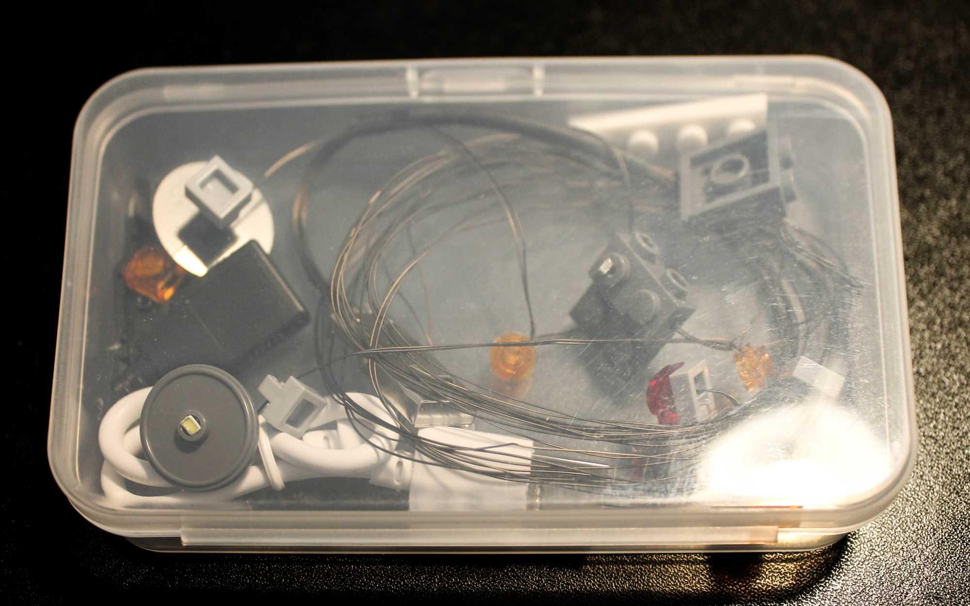 Eine durchsichtige Plastikdose mit Elektronik drin.