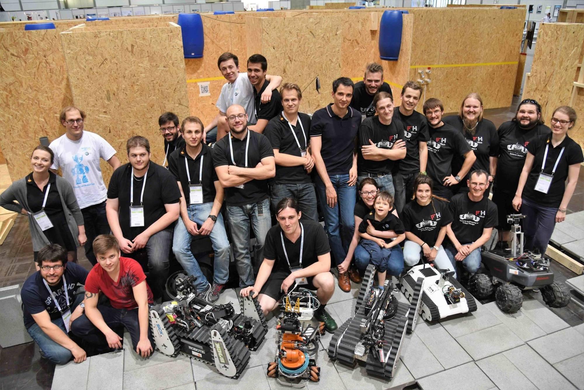 Zwei Teams vereint: Das Team AutonOHM der Technischen Hochschule Nürnberg, Georg Simon Ohm und das Team CuasRRR der Carinthia University of Applied Sciences zusammen mit ihren Robotern bei der WM 2016 in Leipzig.