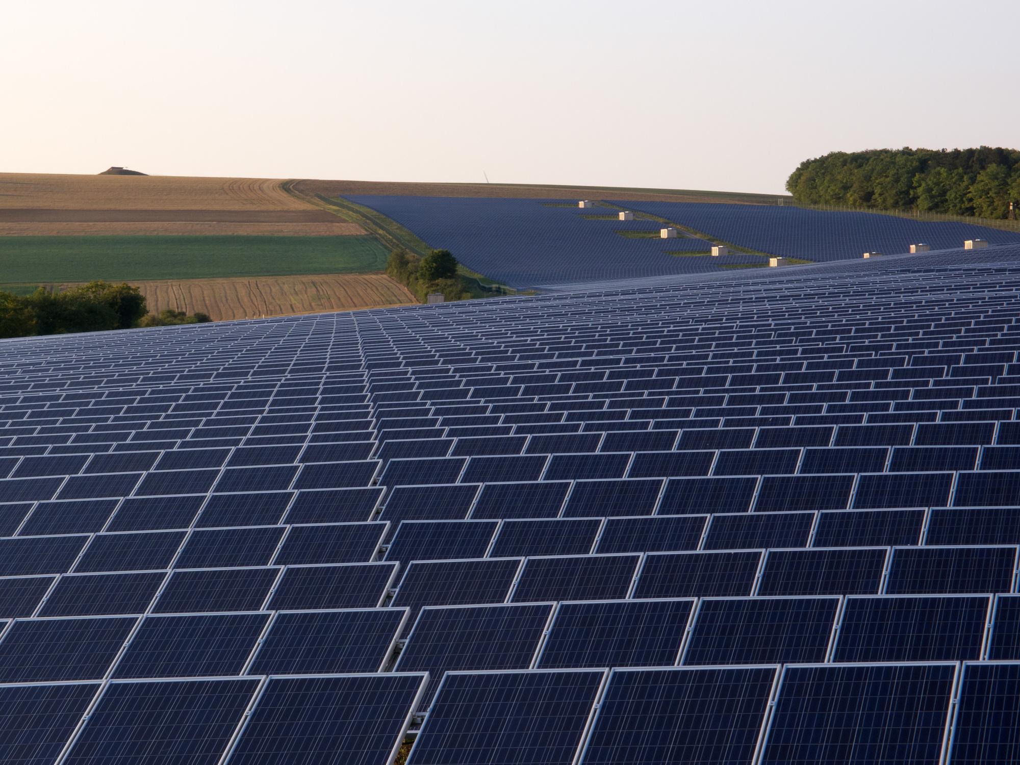 Es herscht schon lange nicht mehr eitel Sonnenschein über der deutschen Solarbranche (Photovoltaik-Anlage in Thüngen/Bayern) Foto: OhWeh, Lizenz Creative Commons CC BY-SA 2.5