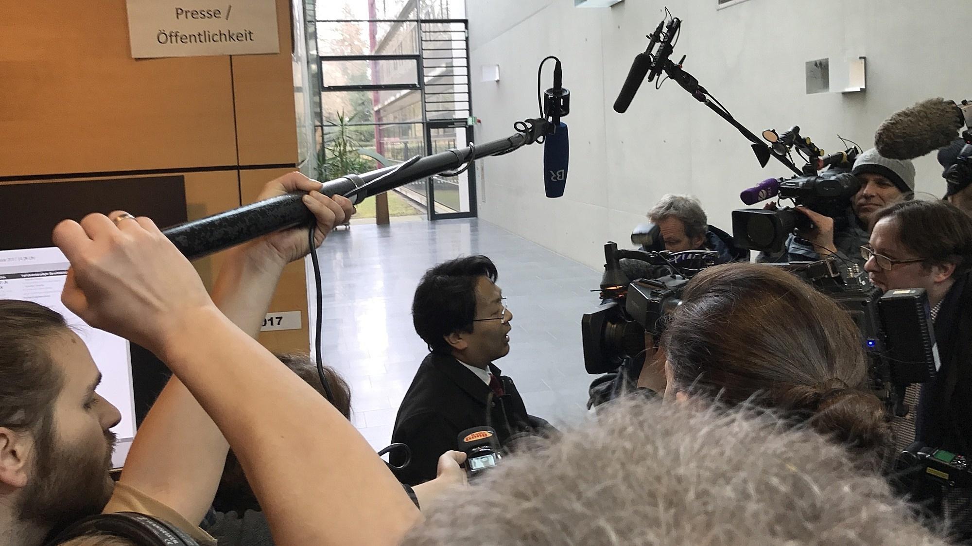 Anwalt Chan-jo Jun wird von der Presse befragt.