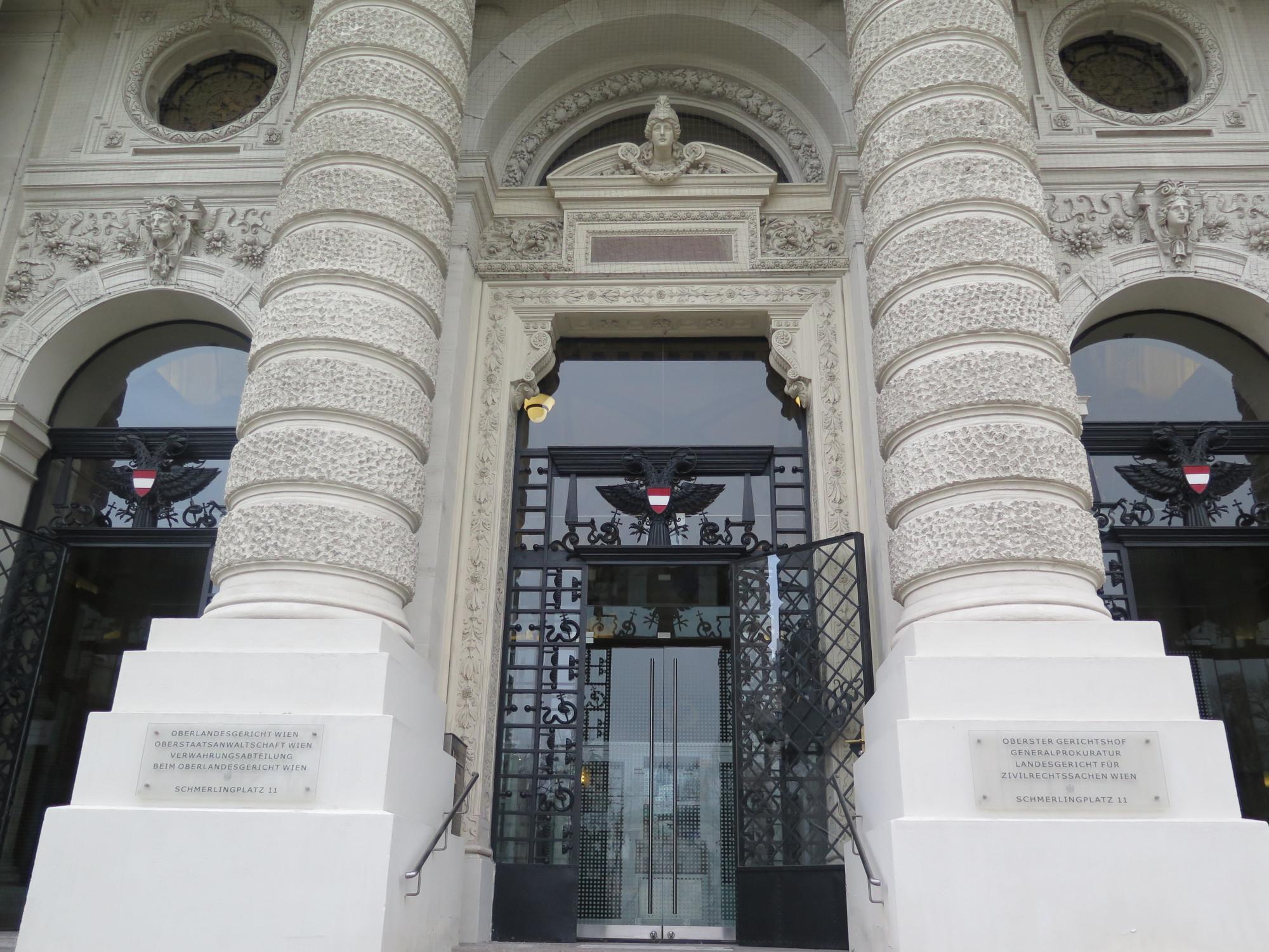 Prunkvoller Gebäudeingang