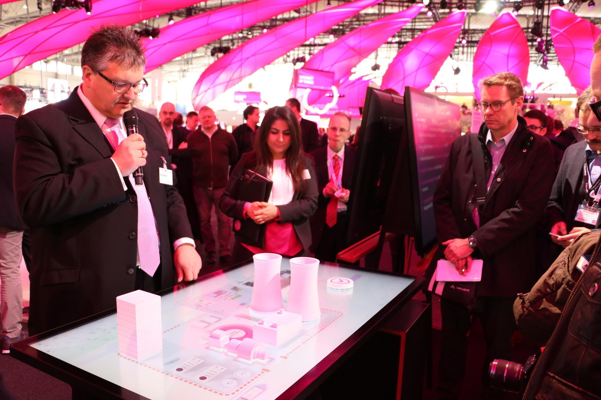 Dirk Backofen erklärt anhand einer visuellen Darstellung den digitalen Schutz eines Kraftwerkes.
