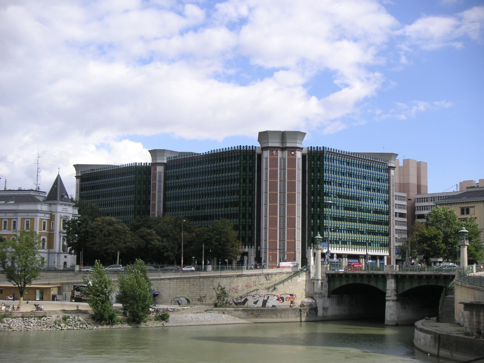 Wasser, dahinter Gebäude