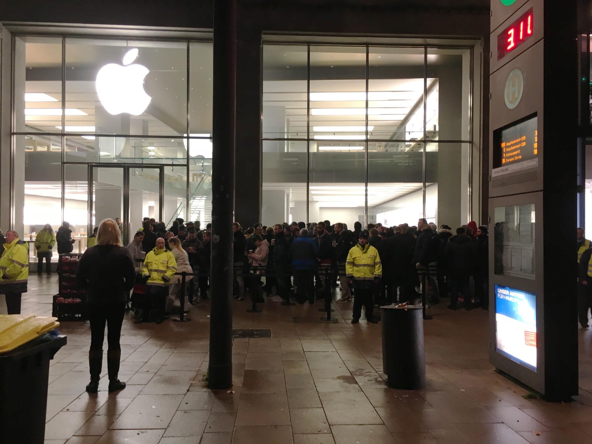 Der Apple Store Jungfernstieg in Hamburg am Freitag um 6:30 Uhr – vor dem Verkaufsstart des iPhone X.