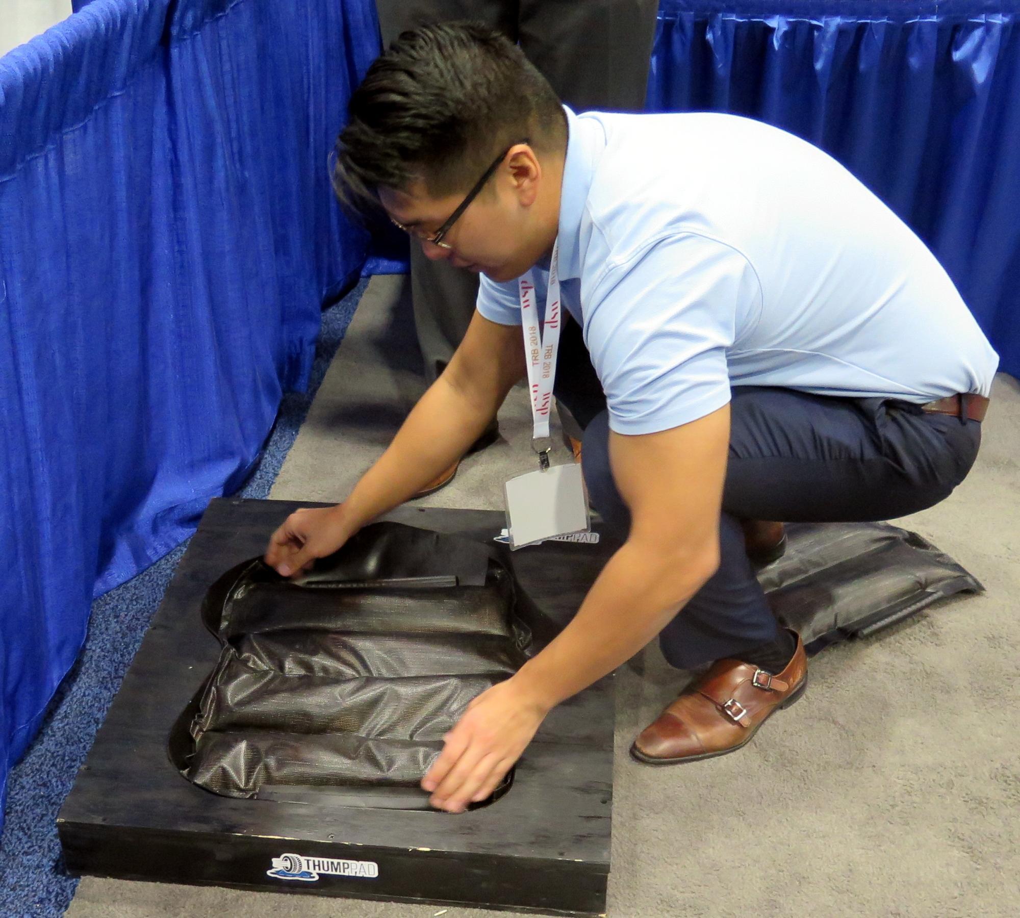 Mann verlegt ein ThumbPad in eine Mulde