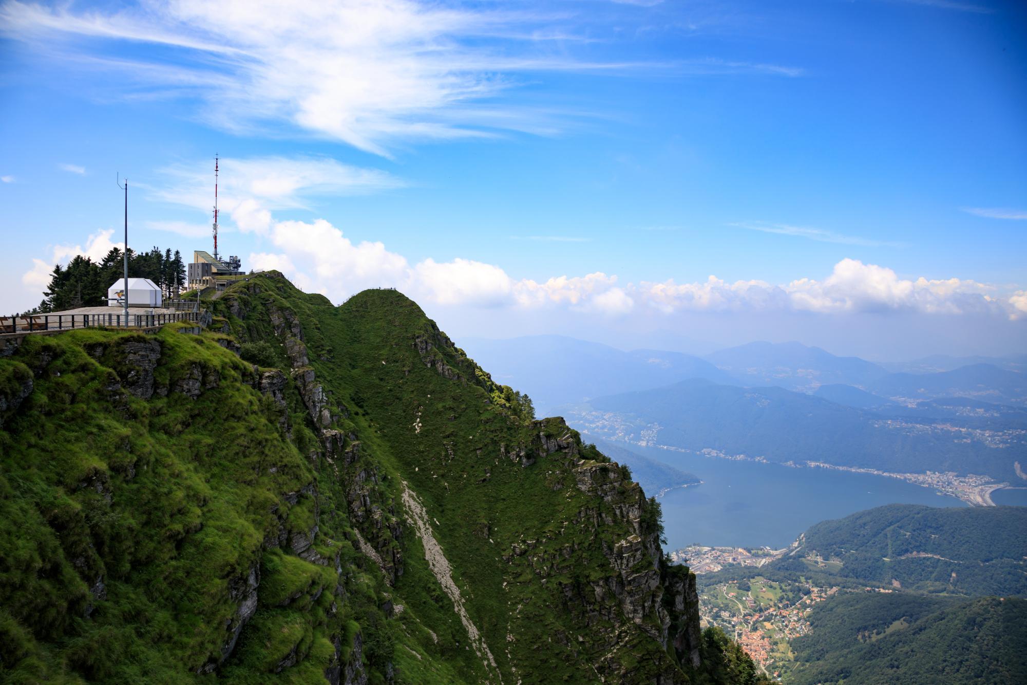 EAN-Basisstationen sind vorzugsweise an exponierten Orten mit möglichst guter Rundumsicht aufgebaut, das Bild zeigt die Station auf dem Monte Generoso in der Schweiz.