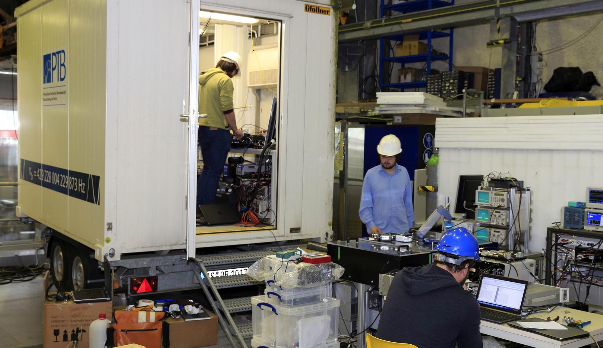 Der speziell präparierte Pkw-Anhänger mit der transportablen optischen Strontiumuhr im Modane Underground Laboratory im Alpenmassiv.