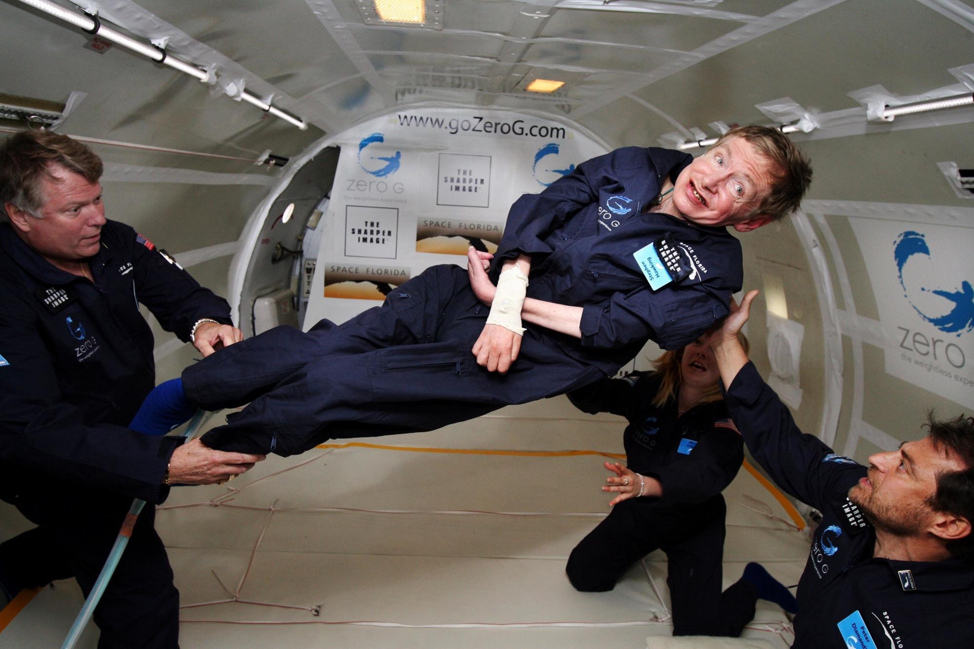 Stephen Hawking schwebend