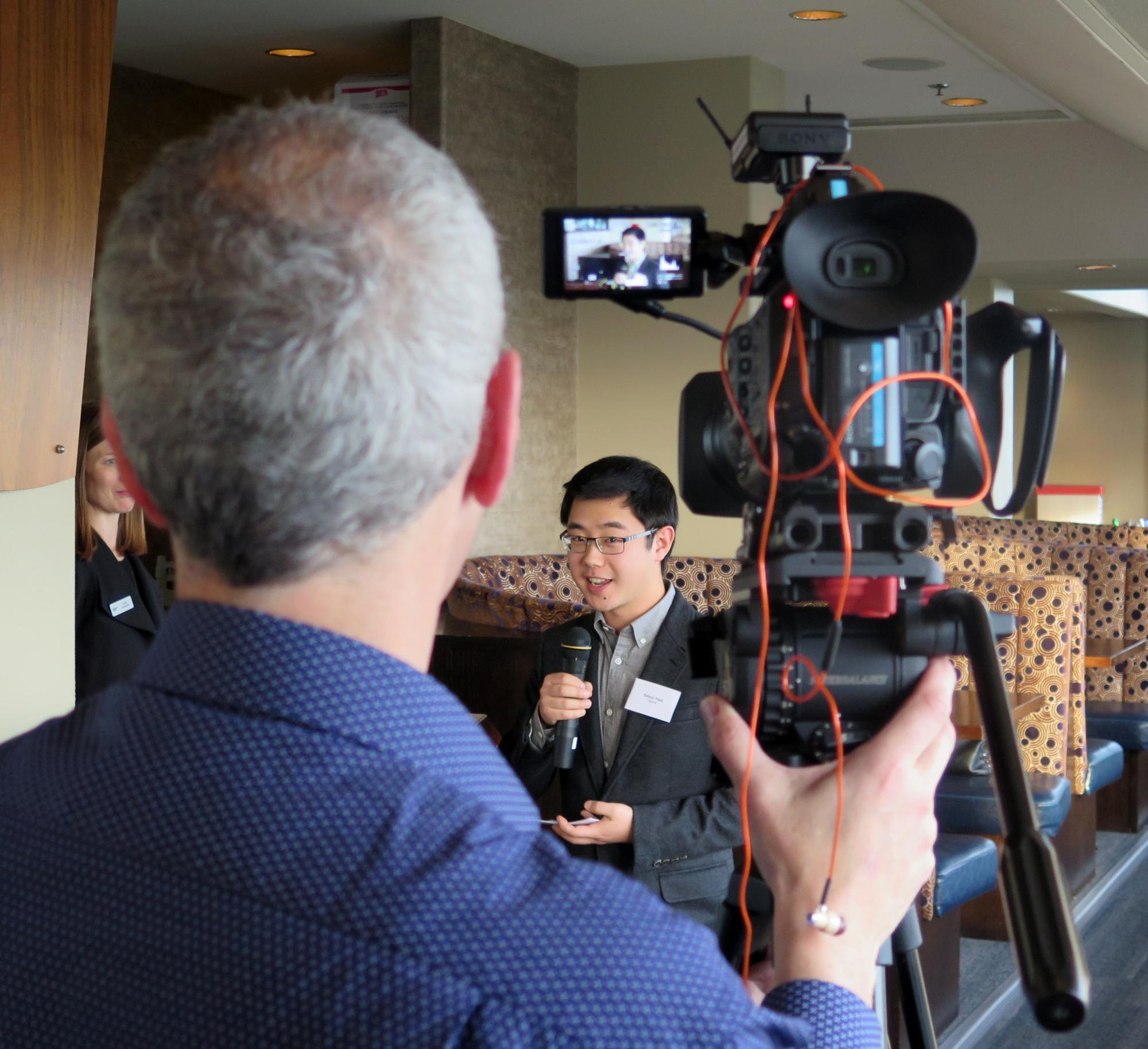 TV-Kamera mit Kameramann, im Hintergund Simon Park mit Mikrofon