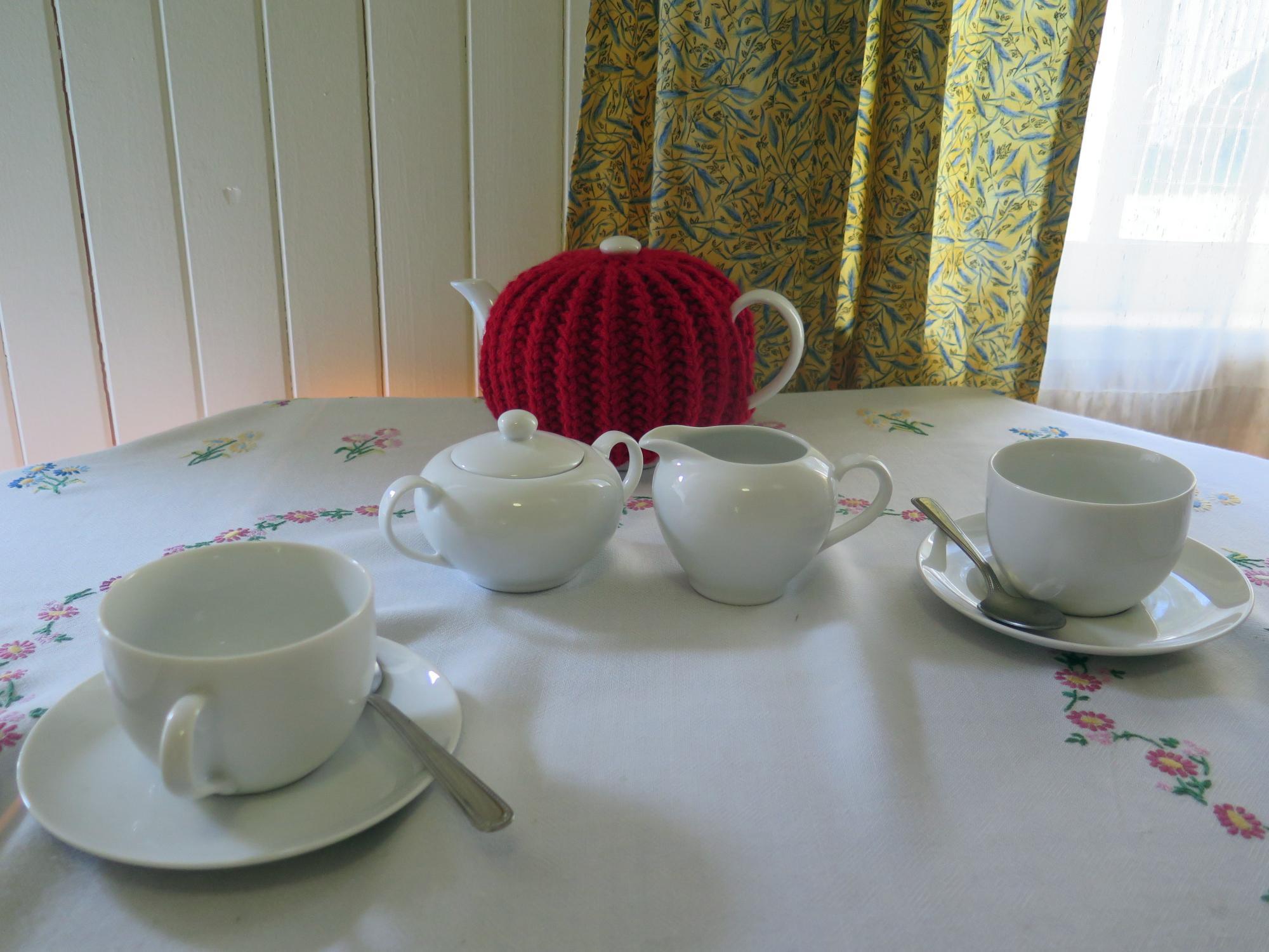 Teekanne, Teetasse auf Tisch